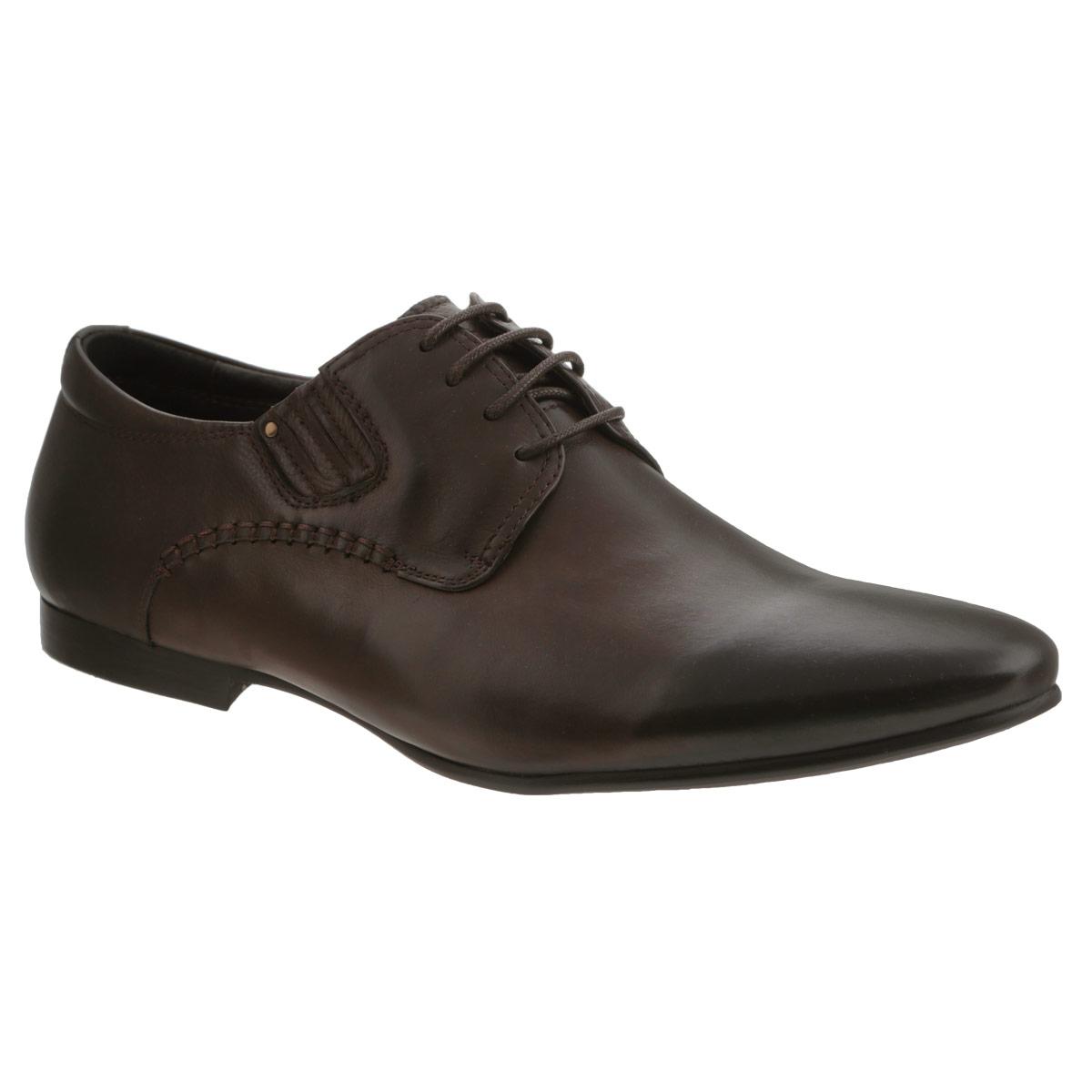 104-144-39Элегантные мужские туфли от Dino Ricci займут достойное место среди вашей коллекции обуви. Изделие выполнено из натуральной высококачественной кожи и оформлено внешними декоративными швами и задним наружным ремнем. Шнуровка позволяет прочно зафиксировать модель на ноге. Резинки, расположенные на подъеме, гарантируют оптимальную посадку обуви на ноге. Стелька из натуральной кожи оснащена перфорацией, позволяющей вашим ногам дышать. Каблук и подошва с рифлением обеспечивают отличное сцепление с поверхностью. Подошва оформлена прострочкой и рисунком в виде названия бренда. Стильные туфли прекрасно дополнят ваш деловой образ.