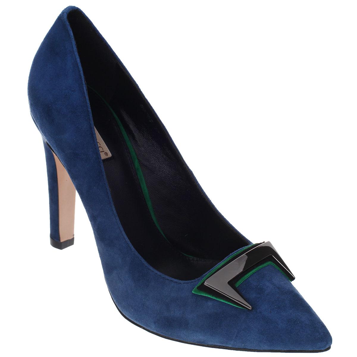 Туфли женские. 597659767Необычные женские туфли Vitacci эффектно дополнят ваш модный образ. Модель изготовлена из высококачественной натуральной замши. Мыс туфель оформлен тремя декоративными элементами оригинальной формы, расположенными один поверх другого. Два декоративных элемента выполнены из натуральной замши, один - из металла. Зауженный носок смотрится стильно. Стелька из натуральной кожи обеспечивает комфорт при ходьбе. Высокий каблук компенсирован скрытой платформой. Подошва и каблук дополнены противоскользящим рифлением. Модные туфли подчеркнут вашу яркую индивидуальность, позволят выделиться среди окружающих.