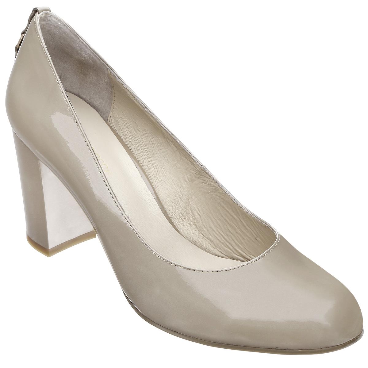 Туфли женские. 5282952829Модные женские туфли от Antonio Biaggi покорят вас с первого взгляда. Модель с округлым мысом выполнена из лакированной кожи. Задник оформлен декоративным ремешком, украшенным металлической пластиной с гравировкой в виде названия бренда. Стелька из натуральной кожи обеспечивает комфорт при ходьбе. Умеренной высоты толстый каблук обеспечит комфорт при ходьбе. Подошва и каблук дополнены противоскользящим рифлением. Стильные туфли подчеркнут вашу яркую индивидуальность, позволят выделиться среди окружающих.
