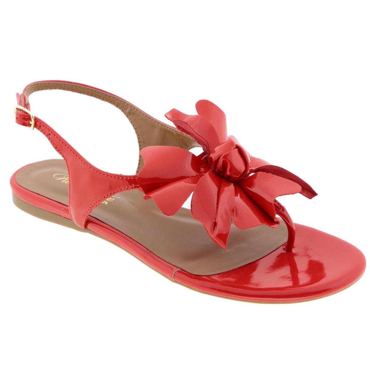 Сандалии женские. 30200043020004Изящные сандалии Rio Couture подчеркнут вашу женственную красоту! Модель выполнена из натуральной лакированной кожи. Мыс сандалий оформлен крупной аппликацией в виде цветка. Эргономичная перемычка между пальцами и ремешок с металлической пряжкой надежно зафиксируют модель на вашей ноге. Длина ремешка регулируется за счет болта. Стелька из натуральной кожи, дополненная названием бренда, комфортна при ходьбе. Подошва с рифлением обеспечивает отличное сцепление с любыми поверхностями. Стильные сандалии станут прекрасным завершением вашего летнего образа.
