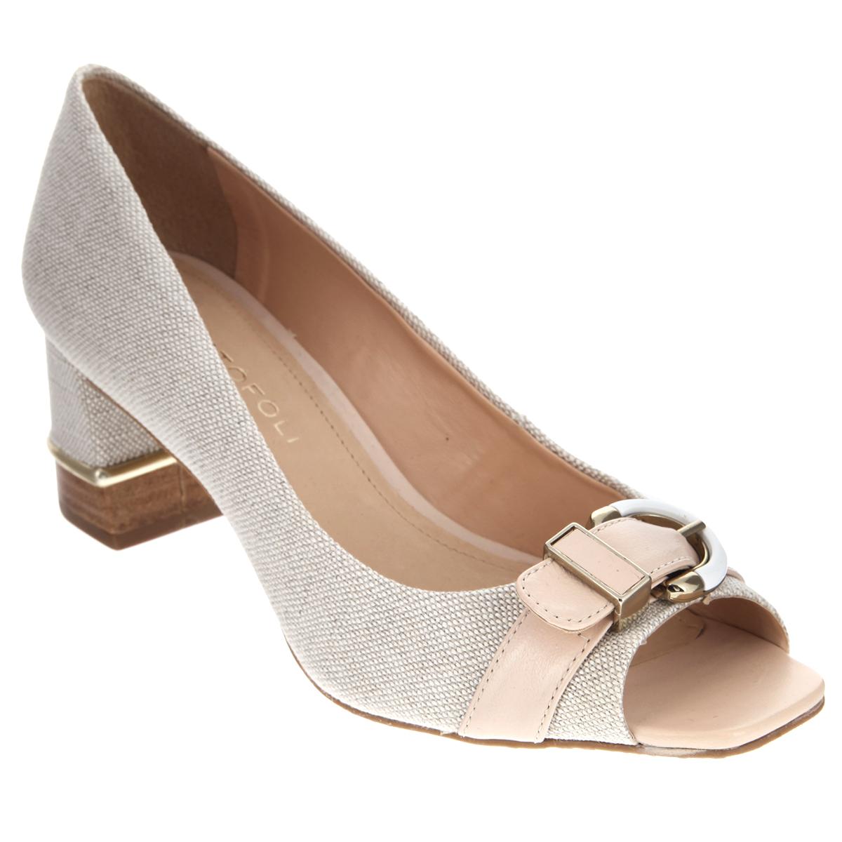 152152Изысканные женские туфли от Cristofoli займут достойное место среди вашей коллекции обуви. Модель изготовлена из плотного высококачественного текстиля. Мыс изделия оформлен кожаным ремешком с металлической пряжкой. Открытый носок добавит женственности в ваш образ. Подкладка и стелька из натуральной кожи обеспечат комфорт при движении. Толстый устойчивый каблук у основания стилизован под дерево и оформлен металлической вставкой. Каблук и подошва дополнены противоскользящим рифлением. Прелестные туфли покорят вас с первого взгляда.