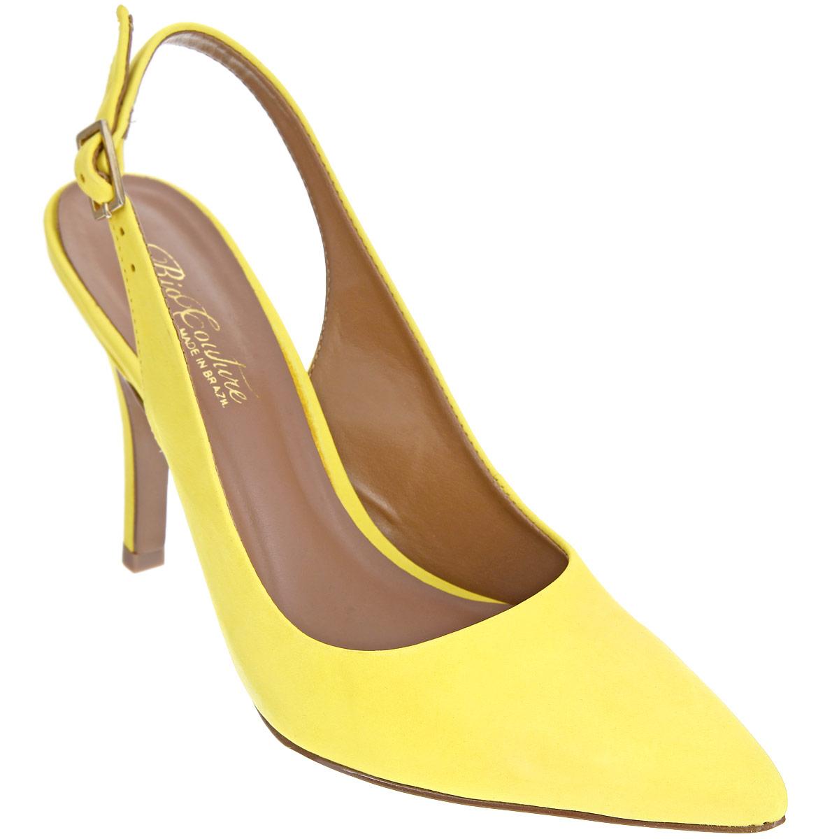 Туфли женские. 25000012500001Яркие туфли Rio Couture создадут вам игривое настроение! Модель выполнена из натурального нубука и исполнена в лаконичном стиле. Заостренный, чуть вытянутый носок смотрится невероятно женственно. Ремешок с металлической пряжкой прямоугольной формы отвечает за надежную фиксацию модели на щиколотке. Длина ремешка регулируется за счет болта. Стелька из натуральной кожи, дополненная названием бренда, комфортна при ходьбе. Высокий каблук компенсирован скрытой платформой. Подошва с рифлением обеспечивает отличное сцепление с любыми поверхностями. Эффектные туфли внесут изюминку в ваш модный образ.