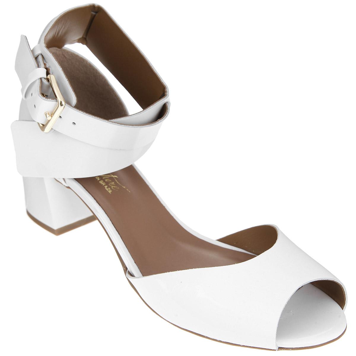 3300000Модные босоножки от Rio Couture - незаменимая вещь в гардеробе каждой женщины. Модель выполнена из натуральной лакированной кожи и исполнена в лаконичном стиле. Ремешок с прямоугольной металлической пряжкой, пропущенный через шлевки, отвечает за надежную фиксацию модели на ноге. Длина ремешка регулируется за счет болта. Стелька из натуральной кожи, дополненная названием бренда, комфортна при ходьбе. Умеренной высоты каблук устойчив. Каблук и подошва с рифлением обеспечивают отличное сцепление с любыми поверхностями. Лаконичные босоножки прекрасно дополнят любой ваш образ.