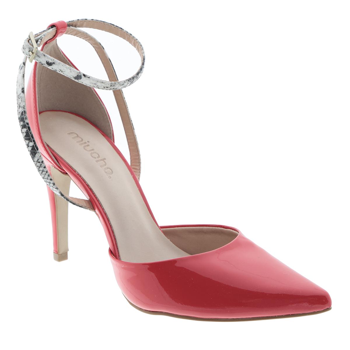 Туфли женские. 161-1629161-1629Элегантные туфли от Miucha внесут изысканные нотки в ваш модный образ. Модель выполнена из натуральной лакированной кожи. Ремешки, пропущенные через шлевку на заднике, оформлены принтом под змеиную кожу. Заостренный вытянутый носок смотрится невероятно женственно. Ремешок с прямоугольной металлической пряжкой отвечает за надежную фиксацию модели на ноге. Длина ремешка регулируется за счет болта. Мягкая стелька из натуральной кожи гарантирует комфорт при ходьбе. Высокий каблук и подошва с рифлением обеспечивают идеальное сцепление с любыми поверхностями. Роскошные туфли подчеркнут ваш отменный вкус!