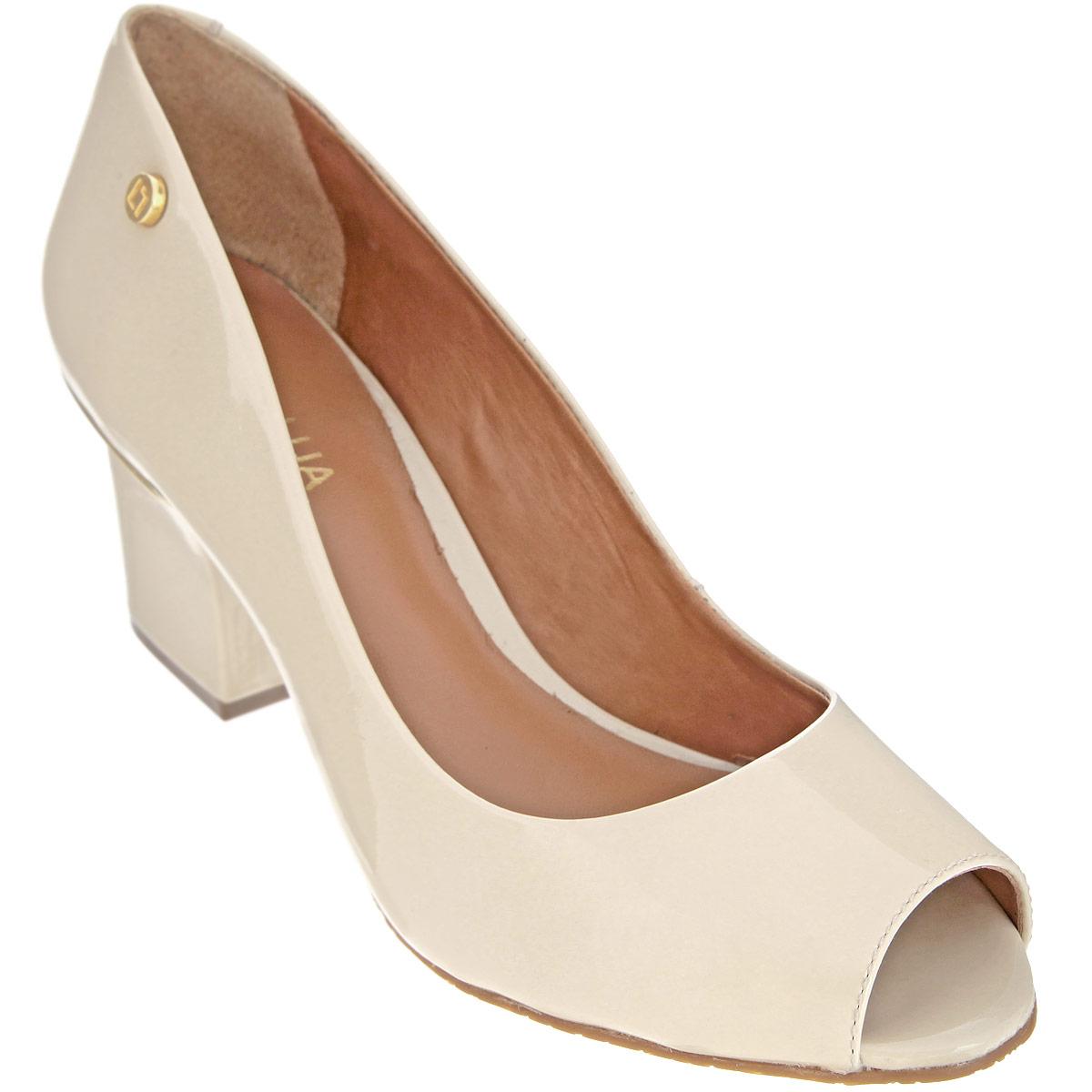 Туфли женские. S55602V15S55602V15Лаконичные туфли от Luz Da Lua - основа гардероба каждой женщины! Модель выполнена из натуральной лакированной кожи и оформлена круглой металлической пластиной с логотипом бренда на боковой стороне. Открытый носок смотрится невероятно женственно. Стелька из натуральной кожи гарантирует комфорт и удобство при ходьбе. Каблук, у основания декорированный металлической вставкой, и подошва с рифлением обеспечивают идеальное сцепление с любыми поверхностями. Изысканные туфли внесут элегантные нотки в ваш модный образ.