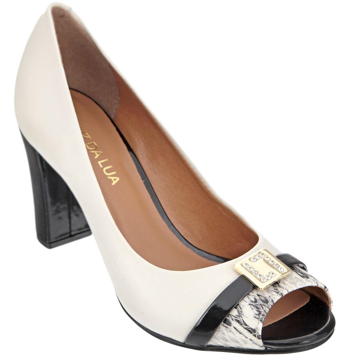 Туфли женские. S41653V25S41653V25Эффектные туфли от Luz Da Lua подчеркнут вашу страстную натуру! Модель выполнена из натуральной кожи и декорирована тиснением, имитирующим змеиную кожу, спереди. Открытый носок смотрится невероятно женственно. Мыс изделия украшен декоративным лакированным ремешком с квадратной металлической пластиной, усыпанной стразами. Стелька из натуральной кожи обеспечивает комфорт при ходьбе. Высокий лакированный каблук, оформленный у основания золотистой пластиной, и подошва дополнены противоскользящим рифлением. Роскошные туфли не оставят вас незамеченной!