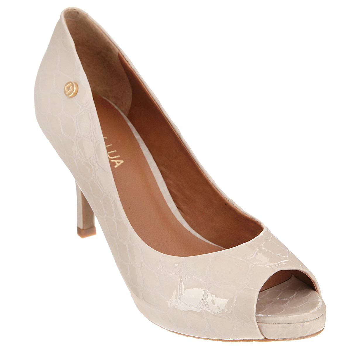Туфли женские. S25236CV25S25236CV25Ультрамодные туфли от Luz Da Lua не оставят равнодушной ни одну женщину! Модель выполнена из натуральной лакированной кожи и оформлена тиснением под кожу рептилии, круглой металлической пластиной с логотипом бренда на боковой стороне. Открытый носок смотрится невероятно женственно. Стелька из натуральной кожи гарантирует комфорт и удобство при ходьбе. Высота каблука компенсирована скрытой платформой. Рифление на подошве защищает изделие от скольжения. Изысканные туфли внесут элегантные нотки в ваш модный образ.