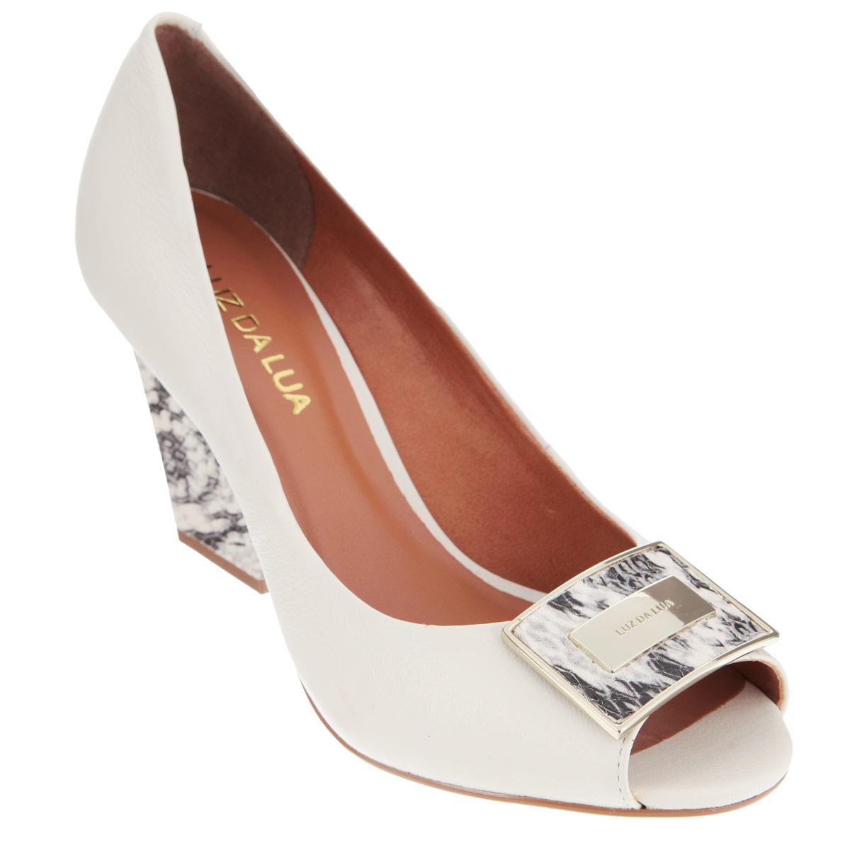 Туфли женские. S41624V15S41624V15Оригинальные туфли от Luz Da Lua внесут изюминку в ваш модный образ! Модель выполнена из натуральной кожи и оформлена фактурным тиснением. Мыс туфель декорирован прямоугольной металлической пластиной с гравировкой в виде названия бренда. Верх пластины и каблук украшены анималистическим принтом. Открытый носок смотрится невероятно женственно. Стелька из натуральной кожи гарантирует комфорт и удобство при ходьбе. Рифление на каблуке и подошве защищает изделие от скольжения. Эффектные туфли не оставят вас незамеченной среди окружающих!