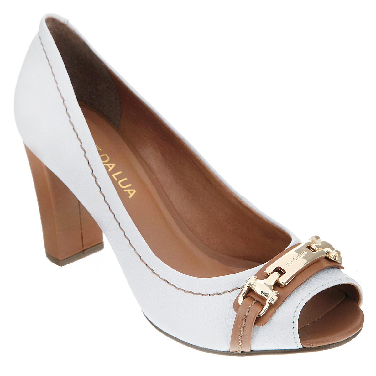 Туфли женские. S41646V25S41646V25Стильные туфли от Luz Da Lua - основа гардероба каждой женщины! Модель выполнена из натуральной кожи и оформлена крупной декоративной прострочкой вдоль канта. Открытый носок смотрится невероятно женственно. Мыс изделия дополнен декоративными ремешками, к которым крепится оригинальное металлическое украшение с гравировкой в виде названия бренда. Стелька из натуральной кожи обеспечивает комфорт при ходьбе. Высокий каблук-столбик и подошва - с противоскользящим рифлением. Изысканные туфли внесут элегантные нотки в ваш модный образ.
