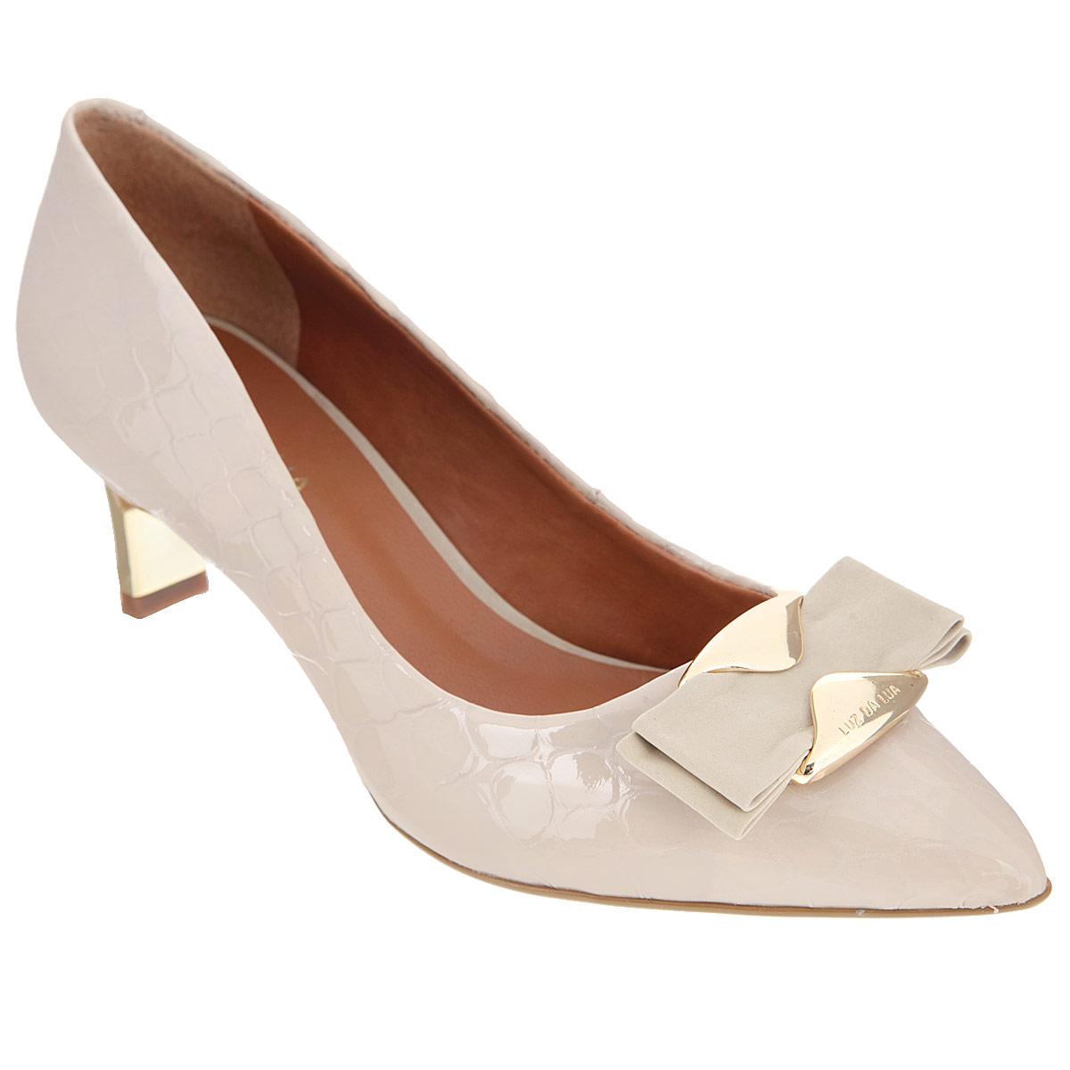 Туфли женские. S54212V25S54212V25Прелестные туфли от Luz Da Lua очаруют вас своим дизайном. Модель выполнена из натуральной лакированной кожи и оформлена тиснением под кожу рептилии. Мыс туфель декорирован милым бантиком из нубука, который крепится на оригинальную металлическую пластину, дополненную гравировкой в виде названия бренда. Заостренный вытянутый носок смотрится женственно. Стелька из натуральной кожи гарантирует комфорт и удобство при ходьбе. Невысокий каблук оформлен золотистой вставкой, стилизованной под металл. Рифление на подошве защищает изделие от скольжения. Элегантные туфли внесут женственные нотки в ваш образ и подчеркнут вашу утонченную натуру.