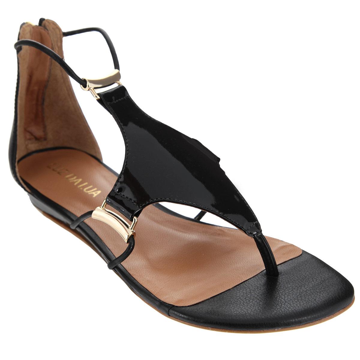 S56201V15Оригинальные сандалии от Luz Da Lua заинтересуют вас своим дизайном. Сандалии выполнены из натуральной лакированной кожи. Изюминка модели - накладка, расположенная на подъеме, которая крепится к изделию при помощи тонких ремешков, пропущенных через оригинальную металлическую фурнитуру. Закрытый задник, дополненный удобной застежкой-молнией, и перемычка между пальцами отвечают за надежную фиксацию модели на ноге. Стелька из натуральной кожи обеспечивает комфорт при ходьбе. Невысокая танкетка устойчива. Минимальной высоты каблук и подошва дополнены противоскользящим рифлением. Стильные сандалии внесут элегантные нотки в ваш летний наряд.