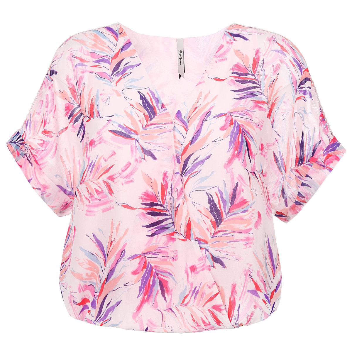 Блузка женская. PL301406PL301406 0AAСтильная женская блуза Pepe Jeans, выполненная из высококачественного материала, подчеркнет ваш уникальный стиль. Модная блузка свободного кроя с короткими рукавами и V-образным вырезом горловины поможет вам создать неповторимый образ. Модель оформлена цветочным принтом. Блузка имеет оригинальный запах на груди, и дополнена эластичной резинкой по низу. Рукава украшены кружевными вставками. Такая блузка будет дарить вам комфорт в течение всего дня и послужит замечательным дополнением к вашему гардеробу.