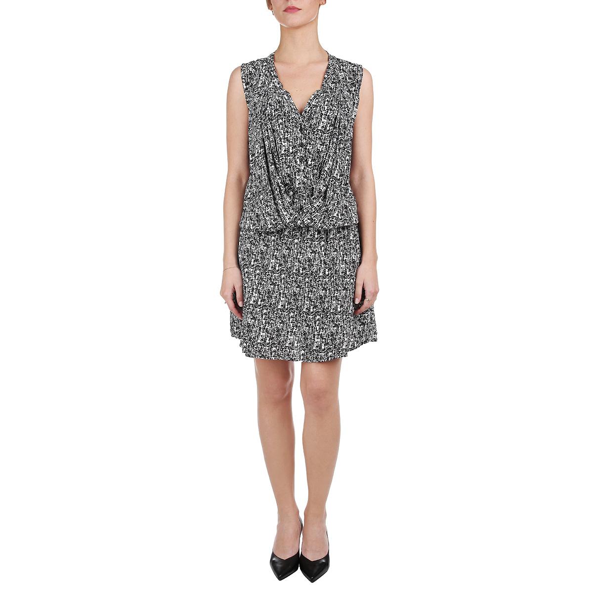 Платье. 1015265110152651 00BМодное летнее платье Broadway, выполненное из высококачественного материала, - прекрасный вариант для модных женщин, желающих подчеркнуть свою индивидуальность и хороший вкус. Модель с V-образным вырезом горловины, без рукавов, на груди застегивается на пуговки. Линию талии подчеркивает эластичная резинка. Платье оформлено декоративной драпировкой на груди. Лаконичный дизайн и совершенство стиля подчеркнут вашу индивидуальность.