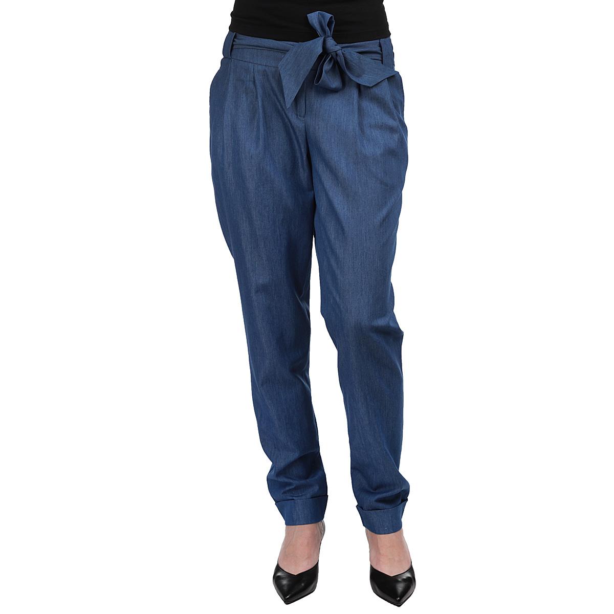 Брюки женские. 90703519070351Стильные женские брюки Yarmina, выполненные из материала высочайшего качества, отлично подойдут на каждый день. Модель стандартной посадки и прямого кроя застегивается на ширинку на застежке-молнии, а также 2 пуговицы на поясе, и имеет шлевки для ремня. Брюки декорированы имитацией карманов сзади. Спереди брюки дополнены втачными карманами. В комплект входит широкий текстильный пояс в тон брюкам. Эти модные и в тоже время комфортные брюки послужат отличным дополнением к вашему гардеробу. В них вы всегда будете чувствовать себя уютно и уверенно.
