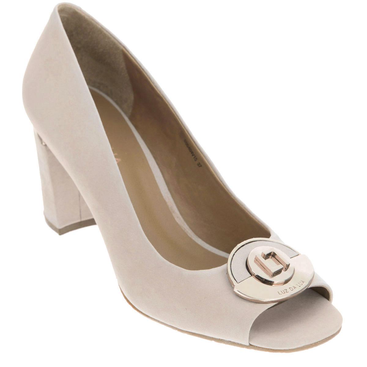 Туфли женские. S55404V15S55404V15Стильные туфли от Luz Da Lua - основа гардероба каждой женщины! Модель выполнена из натурального нубука. Мыс туфель оформлен металлической пластиной оригинальной формы с гравировками в виде названия и логотипа бренда. Открытый носок смотрится невероятно женственно. Стелька из натуральной кожи гарантирует комфорт и удобство при ходьбе. Каблук, у основания декорированный металлической вставкой, и подошва с рифлением обеспечивают идеальное сцепление с любыми поверхностями. Изысканные туфли внесут элегантные нотки в ваш модный образ.