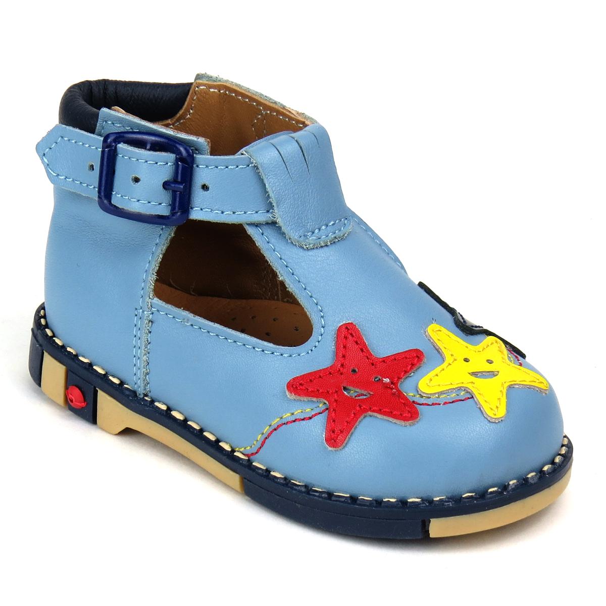 Туфли для мальчика. 226226-09Прелестные туфли от Таши Орто очаруют вашего мальчика с первого взгляда! Модель выполнена из натуральной высококачественной кожи и оформлена спереди объемными аппликациями в виде морских звездочек, декоративной прострочкой. Полужесткий закрытый задник и ремешок с застежкой-пряжкой надежно фиксируют ножку ребенка, не давая ей смещаться из стороны в сторону и назад. Длина ремешка регулируется за счет болта. Стелька из натуральной кожи дополнена супинатором с перфорацией, который обеспечивает правильное положение ноги ребенка при ходьбе, предотвращает плоскостопие. Ортопедический каблук Томаса укрепляет подошву под средней частью стопы и препятствует заваливанию детской стопы внутрь. Гибкая подошва позволяет сгибаться детской стопе при ходьбе или беге анатомически правильно, в 1/3 стопы, а не посередине. Рифленая поверхность подошвы защищает изделие от скольжения. Яркие стильные туфли поднимут настроение вам и вашему ребенку!