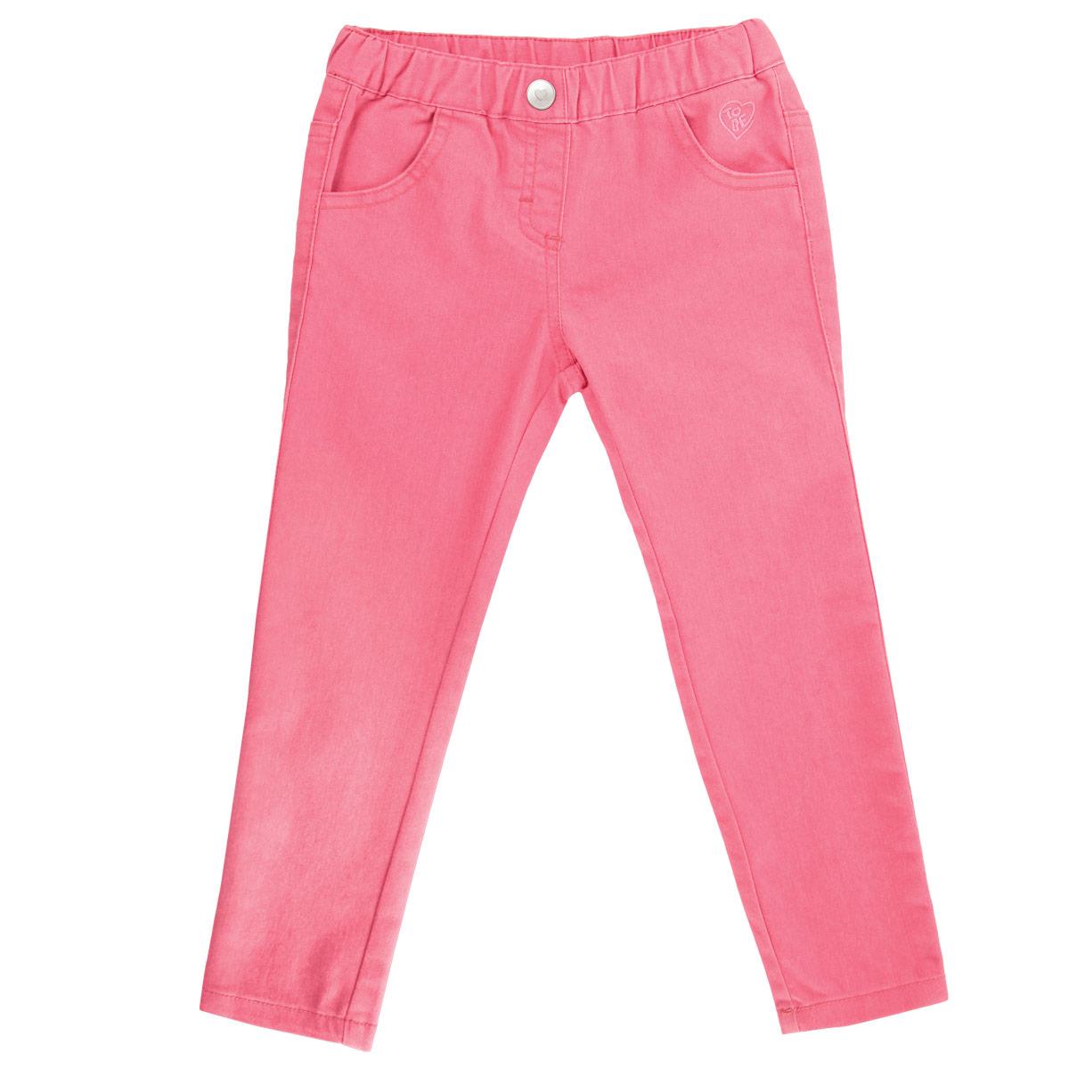 Джинсы для девочки. 90240579024057Очаровательные джинсы для девочки Chicco идеально подойдут вашей маленькой моднице для отдыха и прогулок. Изготовленные из высококачественного материала, они мягкие и приятные на ощупь, не сковывают движения и позволяют коже дышать, не раздражают даже самую нежную и чувствительную кожу ребенка, обеспечивая наибольший комфорт. Джинсы на талии имеют широкий эластичный пояс, украшенный декоративной пуговичкой, также имеется имитация ширинки. Спереди модель дополнена двумя втачными кармашками, а сзади - двумя накладными карманами. Оформлено изделие небольшой вышивкой. Современный дизайн и модная расцветка делают эти джинсы стильным предметом детского гардероба. В них ваша маленькая принцесса всегда будет в центре внимания!