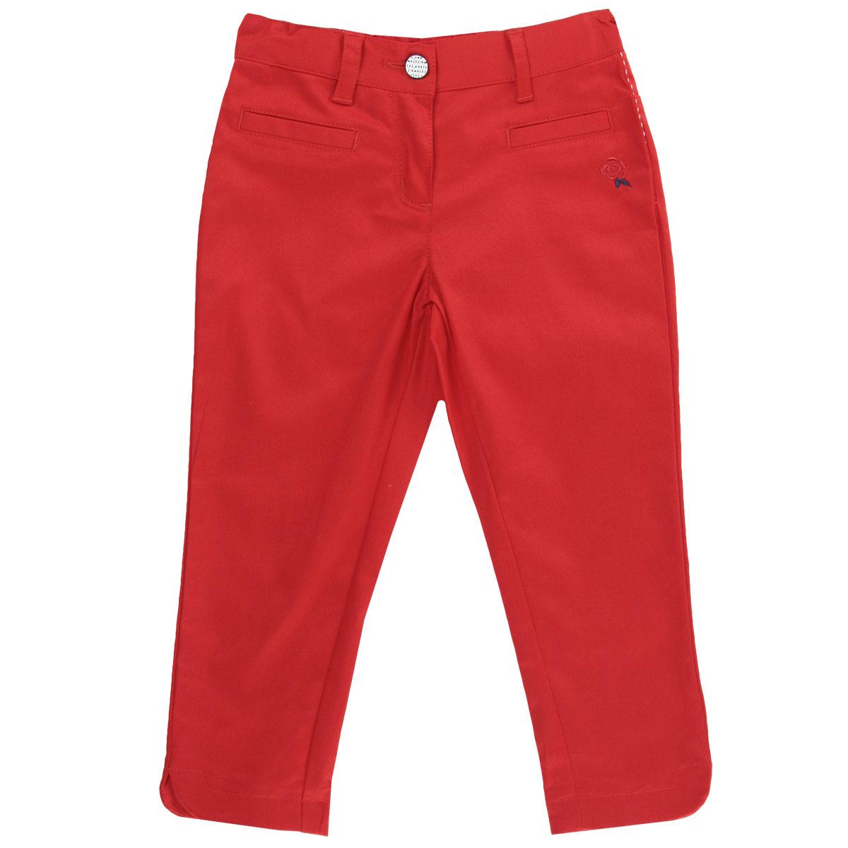 Брюки для девочки. 90240849024084Очаровательные летние брюки для девочки Chicco идеально подойдут вашей маленькой моднице для отдыха и прогулок. Изготовленные из хлопка с добавлением эластана, они мягкие и приятные на ощупь, не сковывают движения и позволяют коже дышать, не раздражают даже самую нежную и чувствительную кожу ребенка, обеспечивая наибольший комфорт. Брюки на талии застегиваются на металлическую кнопку. Также имеются шлевки для ремня и ширинка на пластиковой застежке-молнии. С внутренней стороны пояс регулируется резинкой на пуговицах. Спереди имеется имитация двух прорезных карманов. Оформлена модель контрастной строчкой по боковым швам и небольшой вышивкой в виде цветка. Низ брючин по бокам немного закруглен, имеются небольшие разрезы. Современный дизайн и модная расцветка делают эти брюки стильным предметом детского гардероба. В них ваша принцесса всегда будет в центре внимания!
