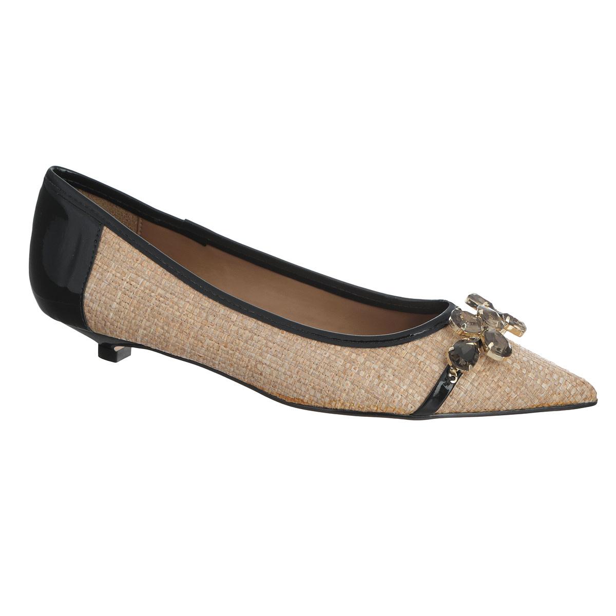 6545-1Изящные туфли от Biondini займут достойное место среди вашего гардероба. Модель выполнена из плотного текстиля и декорирована плетением по всей поверхности, вставками из лакированной кожи на заднике и вдоль канта. Мыс туфель оформлен тонким лакированным ремешком с крупными стразами в металлической оправе. Заостренный вытянутый носок смотрится невероятно женственно. Стелька из натуральной кожи дополнена тисненым названием бренда и прострочкой по контуру. Подошва с рифлением обеспечивает идеальное сцепление с любыми поверхностями. Удобные туфли - незаменимая вещь в гардеробе каждой женщины.