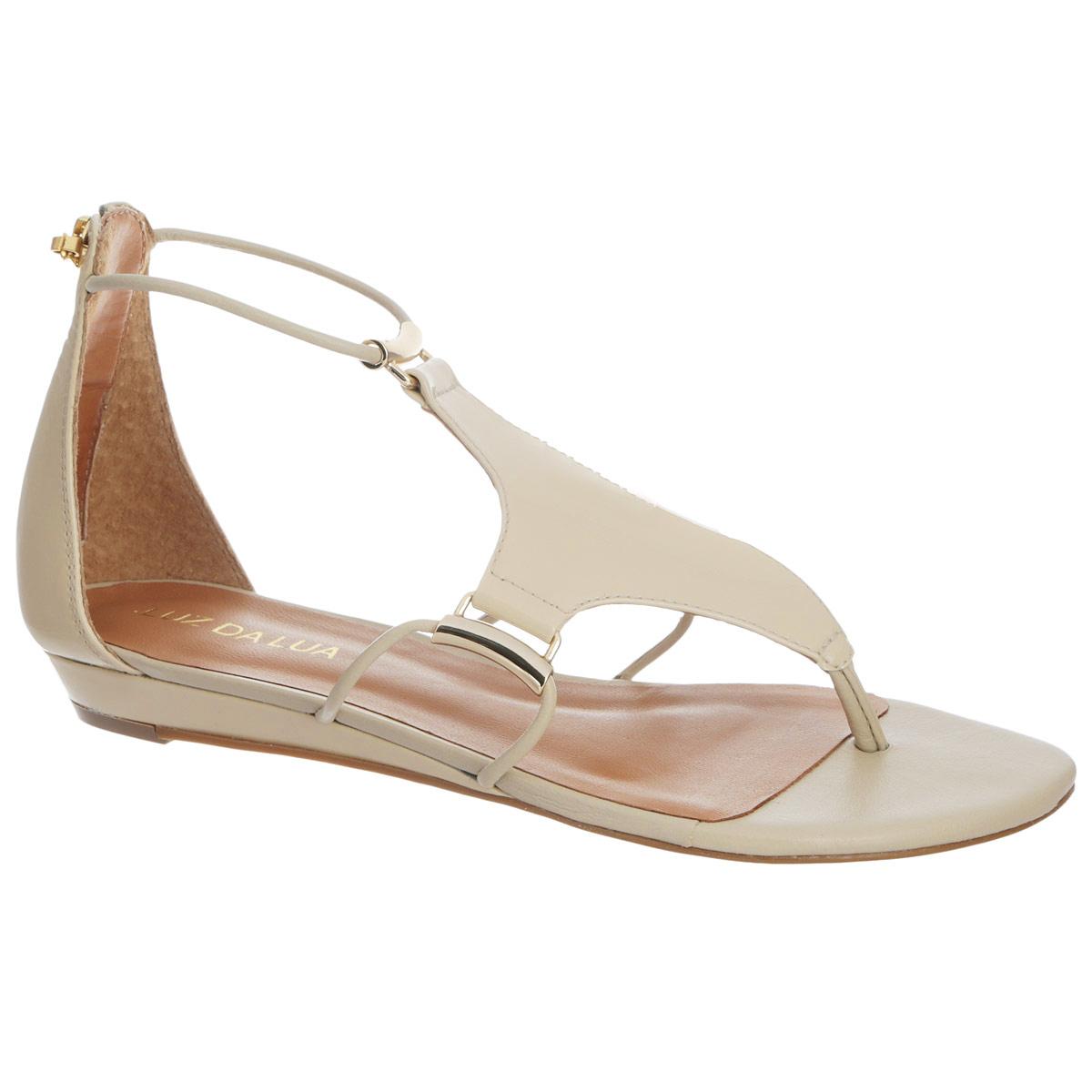 Сандалии женские. S56201V15S56201V15Оригинальные сандалии от Luz Da Lua заинтересуют вас своим дизайном. Сандалии выполнены из натуральной лакированной кожи. Изюминка модели - накладка, расположенная на подъеме, которая крепится к изделию при помощи тонких ремешков, пропущенных через оригинальную металлическую фурнитуру. Закрытый задник, дополненный удобной застежкой-молнией, и перемычка между пальцами отвечают за надежную фиксацию модели на ноге. Стелька из натуральной кожи обеспечивает комфорт при ходьбе. Невысокая танкетка устойчива. Минимальной высоты каблук и подошва дополнены противоскользящим рифлением. Стильные сандалии внесут элегантные нотки в ваш летний наряд.
