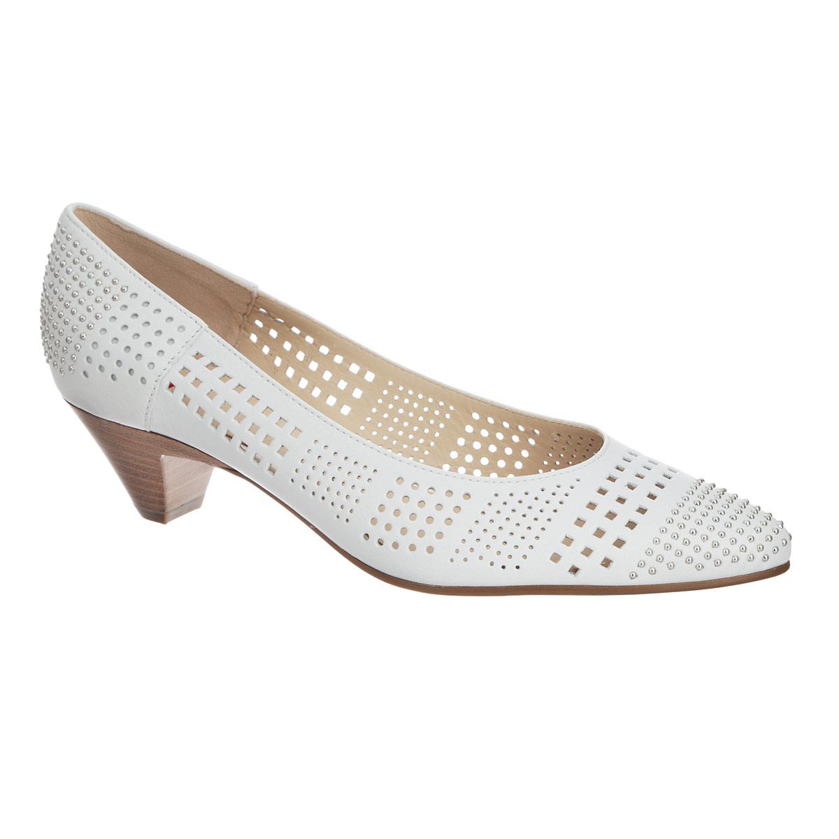 Туфли женские. 9103850020091038500200Ультрамодные туфли в стиле рок от Hogl не оставят вас равнодушной! Модель выполнена из натуральной высококачественной кожи и оформлена металлическими бусинами на мысе и на заднике. Заостренный, чуть вытянутый носок смотрится женственно. Перфорация обеспечивает отличную вентиляцию, позволяет вашим ногам дышать. Подкладка и стелька из натуральной кожи невероятно комфортны при ходьбе. Невысокий каблук, стилизованный под дерево, дополнен противоскользящим рифлением. В таких туфлях вашим ногам будет уютно и комфортно! Они подчеркнут ваш стиль и индивидуальность!