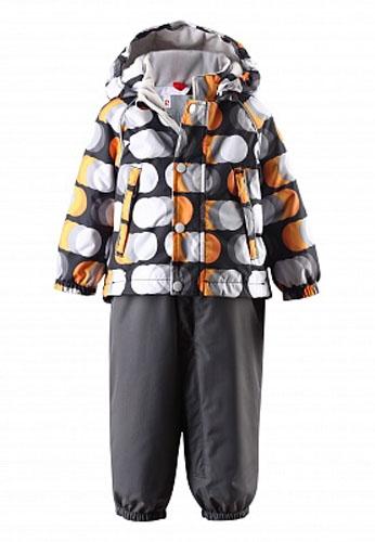 Комплект детский: куртка, полукомбинезон Saturnus. 513075513075_3921Стильный детский комплект Reimatec Saturnus, состоящий из куртки и полукомбинезона, идеально подойдет для ребенка в прохладную погоду. Комплект изготовлен из водоотталкивающей и ветрозащитной мембранной ткани. Материал отличается высокой устойчивостью к трению, благодаря специальной обработке полиуретаном поверхность изделий отталкивает грязь и воду, что облегчает поддержание аккуратного вида одежды, дышащее покрытие с изнаночной части не раздражает даже самую нежную и чувствительную кожу ребенка, обеспечивая ему наибольший комфорт. Куртка с удлиненной спинкой и капюшоном застегивается на пластиковую застежку-молнию с защитой подбородка, благодаря чему ее легко надевать и снимать, и дополнительно имеет ветрозащитный клапан на кнопках. Капюшон с опушкой из искусственного меха, присборенный по бокам, защитит нежные щечки от ветра, он пристегивается к куртке при помощи кнопок. Съемная опушка пристегивается к капюшону при помощи застежки-молнии. Края рукавов дополнены неширокими...