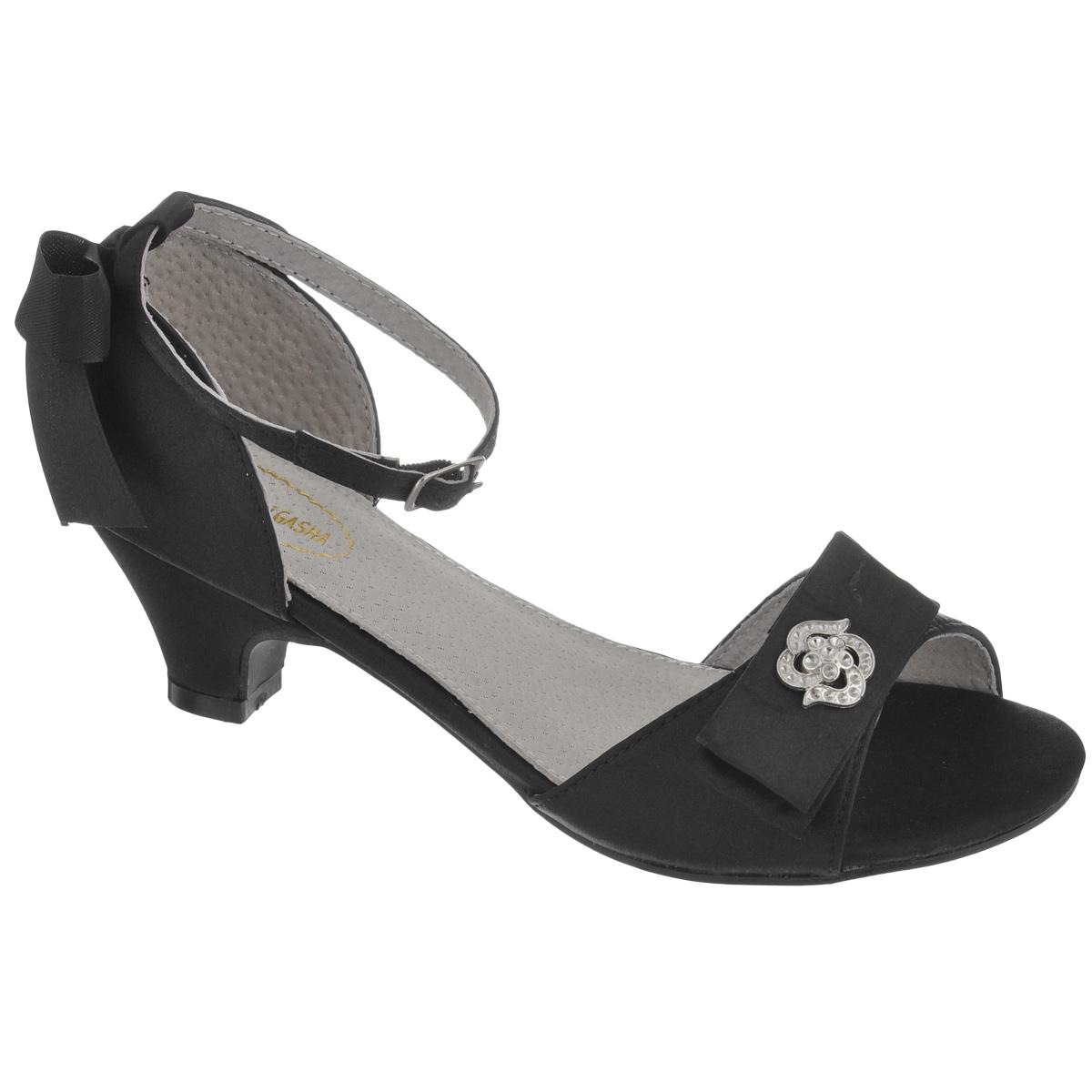 Босоножки000340070Стильные босоножки от Аллигаша придутся по душе вашей юной моднице и идеально подойдут как для повседневной носки, так и для торжественного случая! Модель на невысоком каблуке выполнена из текстиля. Мыс украшен двойным бантиком, дополненным изящной брошкой. Задняя часть обуви оформлена очаровательным бантом. Внутренняя отделка исполнена из натуральной кожи. Ремешок с металлической пряжкой прямоугольной формы надежно зафиксирует модель на ножке. Длина ремешка регулируется за счет болта. Мягкая стелька из кожи комфортна при движении. Подошва и каблук оснащены противоскользящим рифлением. Модные босоножки - незаменимая вещь в гардеробе каждой девочки!