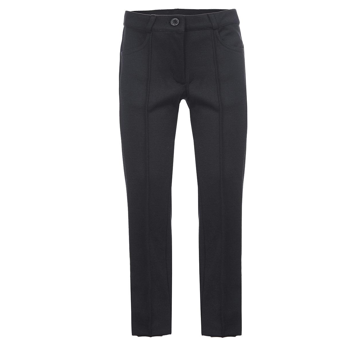 Брюки для девочки. 215BBGS56215BBGS5601Стильные брюки для девочки Button Blue идеально подойдут для школы и повседневной носки. Изготовленные из высококачественного материала, они необычайно мягкие и приятные на ощупь, не сковывают движения и позволяют коже дышать, обеспечивая наибольший комфорт. Брюки прямого кроя с застроченными стрелками прекрасно сидят и хорошо держат форму. Модель застегивается на пуговицу в поясе и ширинку на молнии, предусмотрены шлевки для ремня. Сзади на поясе изделие оформлено вышитой надписью с названием бренда. Спереди брюки дополнены двумя втачными карманами. Брючины оформлены небольшими отворотами. Такие брюки будут прекрасно сочетаться с различными блузками и пиджаками. Такие брюки - отличный выбор для школьного гардероба.