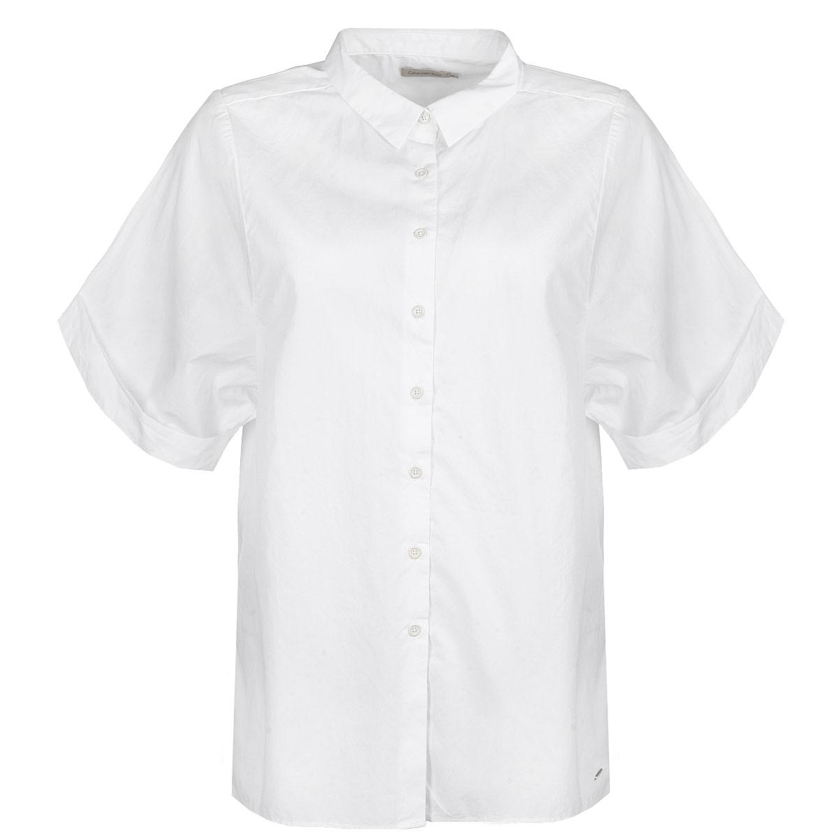 Блузка. J2IJ202138J2IJ202138Стильная женская блуза Calvin Klein, выполненная из высококачественного 100% хлопка, подчеркнет ваш уникальный стиль. Одежда, выполненная из хлопка, обладает высокой теплопроводностью, воздухопроницаемостью и гигроскопичностью, позволяет коже дышать. Блузка свободного кроя с широкими короткими рукавами и отложным воротником застегивается на пуговицы. Рукава дополнены оригинальными отворотами. Снизу блузка дополнена небольшой металлической эмблемой с логотипом производителя. Такая блузка будет дарить вам комфорт в течение всего дня и послужит замечательным дополнением к вашему гардеробу.