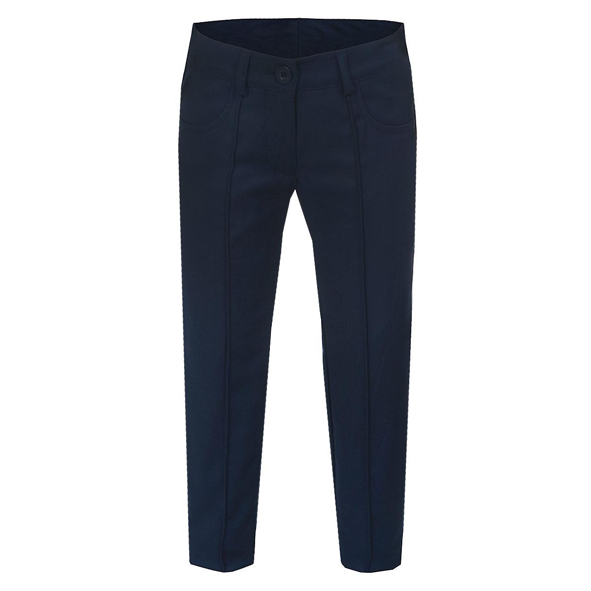 Брюки для девочки. 215BBGS63215BBGS6301Стильные брюки для девочки Button Blue идеально подойдут для школы и повседневной носки. Изготовленные из плотного материала, они необычайно мягкие и приятные на ощупь, не сковывают движения и позволяют коже дышать, обеспечивая наибольший комфорт. Брюки слегка зауженного кроя с застроченными стрелками прекрасно сидят и хорошо держат форму. Модель застегивается на пуговицу в поясе и ширинку на молнии, предусмотрены шлевки для ремня. Сзади на поясе изделие оформлено вышитой надписью с названием бренда. Спереди брюки дополнены двумя втачными карманами. Брючины оформлены небольшими отворотами. Такие брюки будут прекрасно сочетаться с различными блузками и пиджаками. Однотонные брюки классического покроя - отличный выбор для школьного гардероба.