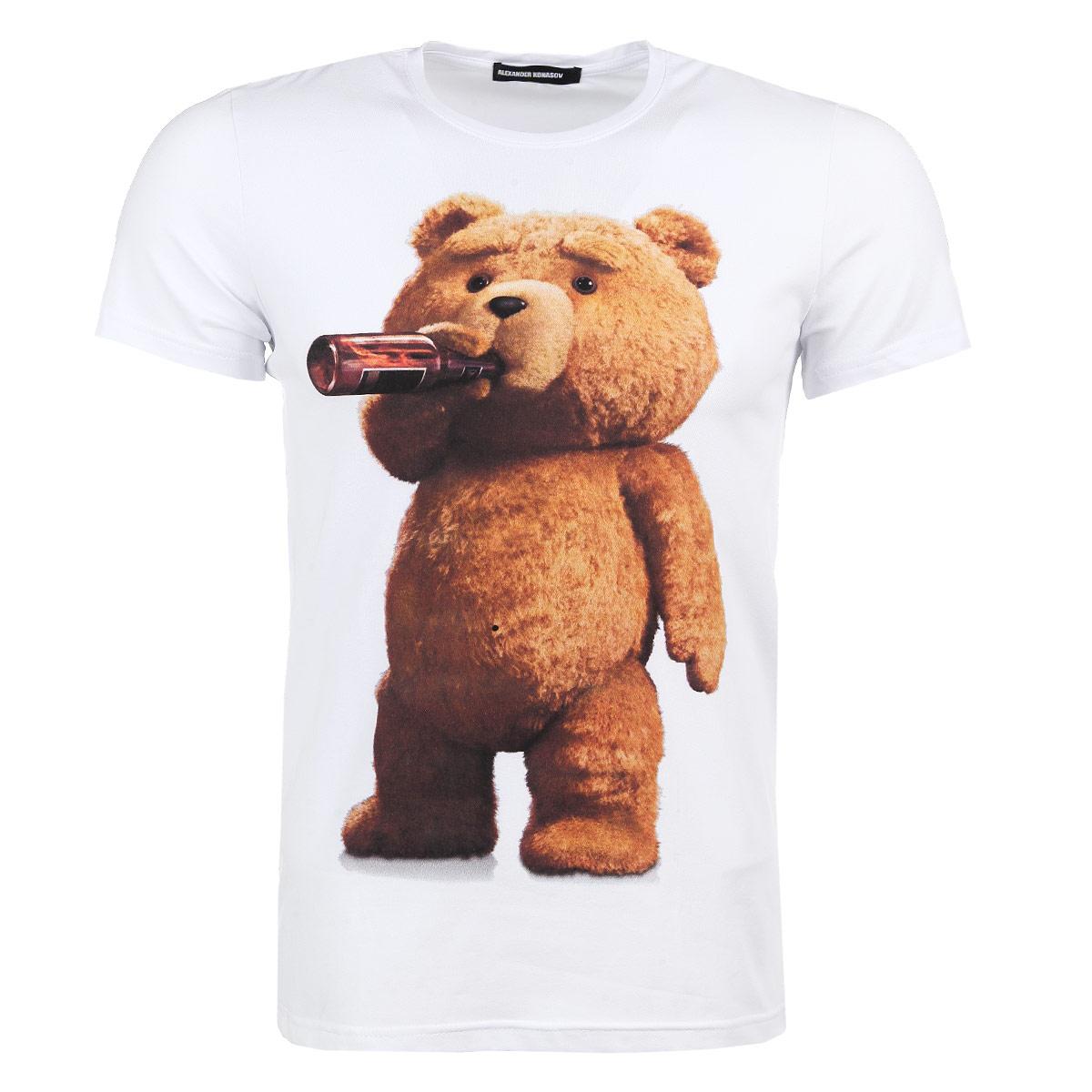 ФутболкаTed BearМужская футболка Alexander Konasov с коротким рукавом и круглой горловиной выполнена из хлопка с добавлением лайкры. Она необычайно мягкая и приятная на ощупь, не сковывает движения и позволяет коже дышать, обеспечивая наибольший комфорт. Модель оформлена принтом с изображением медведя Теда из фильма Третий лишний. Такая футболка отлично дополнит ваш образ и позволит выделиться из толпы.