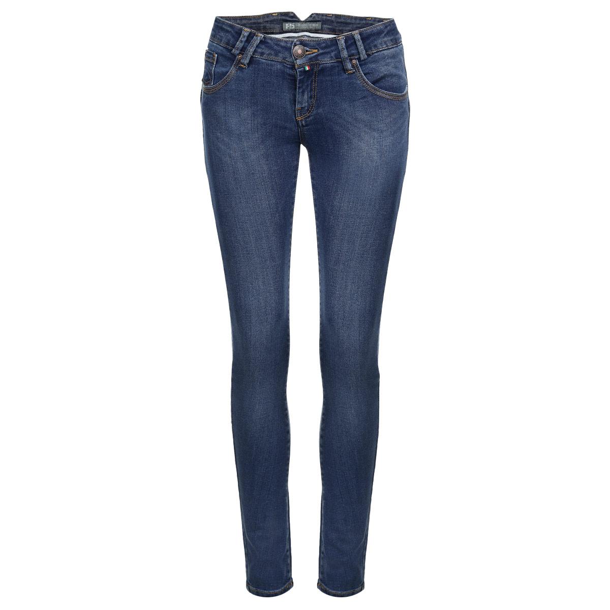 Джинсы женские. 1938419384Стильные женские джинсы F5 созданы специально для того, чтобы подчеркивать достоинства вашей фигуры. Модель зауженного кроя и низкой посадки станет отличным дополнением к вашему современному образу. Джинсы застегиваются на пуговицу в поясе и ширинку на застежке-молнии, имеются шлевки для ремня. Джинсы имеют классический пятикарманный крой: спереди модель дополнена двумя втачными карманами и одним маленьким накладным кармашком, а сзади - двумя накладными карманами. Изделие оформлено тертым эффектом и контрастной отстрочкой. Сзади брючины дополнены декоративными вертикальными швами, подчеркивающими стройность ваших ног. Эти модные и в тоже время комфортные джинсы послужат отличным дополнением к вашему гардеробу.
