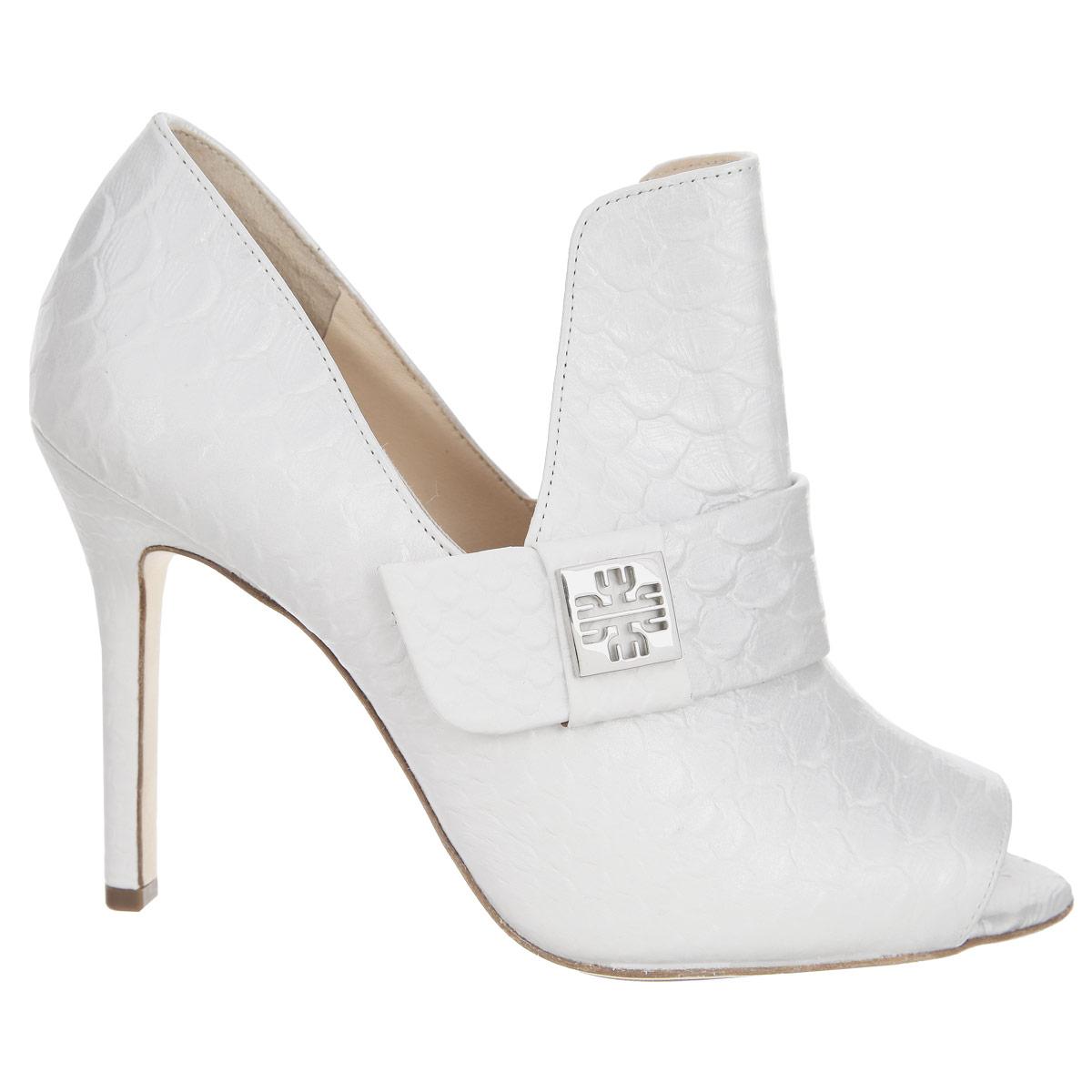 91093367600Оригинальные туфли от Hogl заинтересуют вас своим дизайном! Модель выполнена из натуральной высококачественной кожи и декорирована тиснением под рептилию, глубокими V-образными вырезами на боковых сторонах. Подъем оформлен декоративным ремнем с металлической пластиной, украшенной резным узором. Открытый носок внесет женственные нотки в ваш образ. Подкладка и стелька из натуральной кожи комфортны при ходьбе. Высокий каблук дополнен противоскользящим рифлением. Эффектные туфли помогут вам выделиться среди окружающих!
