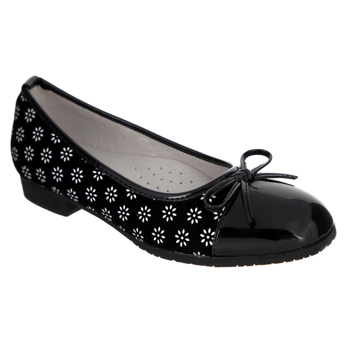 Туфли для девочки. 60220126022012Модные туфли от Mursu помогут вашей девочке создать обворожительный образ. Модель выполнена из искусственной замши и декорирована вставками из лакированной кожи на мысе, вдоль канта и на пятке, украшена цветочным узором. Мыс туфель оформлен милым бантиком. Стелька из натуральной кожи - с супинатором, который обеспечивает правильное положение ноги ребенка при ходьбе, предотвращает плоскостопие. Невысокий каблук и подошва - с противоскользящим рифлением. Стильные туфли придутся по душе вашей малышке.