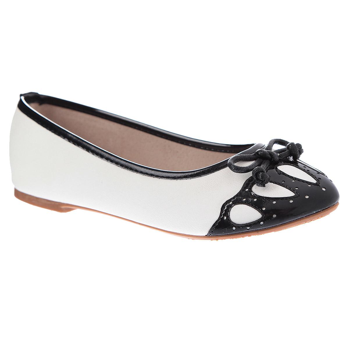 000350333Стильные балетки с запоминающимся дизайном придутся по вкусу юным модницам. Модель выполнена из высококачественной искусственной кожи с оригинально - ажурным оформленным мысом контрастного цвета, а также декоративным бантиком. Стелька из натуральной кожи дополнена супинатором с перфорацией, который обеспечивает правильное положение ноги ребенка при ходьбе, предотвращает плоскостопие. Рифленая поверхность подошвы защищает изделие от скольжения. Эти балетки созданы для истинных модниц!