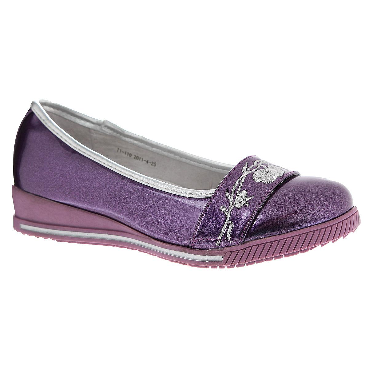 11-110Стильные туфли на устойчивой танкетке займут достойное место в гардеробе вашей дочери. Модель выполнена из высококачественной искусственной лакированной кожи. Мыс оформлен вышивкой, отстроченной серебряной нитью. Стелька из натуральной кожи дополнена супинатором с перфорацией, который обеспечивает правильное положение ноги ребенка при ходьбе, предотвращает плоскостопие. Рифленая поверхность подошвы защищает изделие от скольжения. Эти туфли созданы для стильных юных модниц!