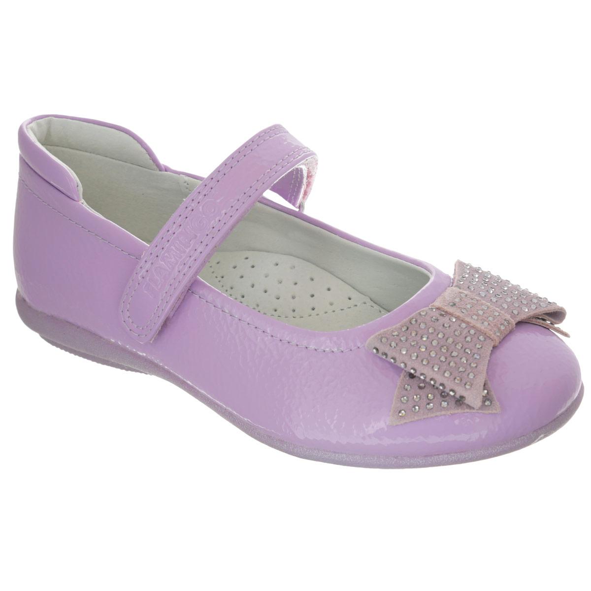 Туфли для девочки. ZT590ZT5903Элегантные туфли от торговой марки Flamingo придутся по душе вашей юной моднице! Модель изготовлена из искусственной лакированной кожи. Мыс туфель оформлен очаровательным бантиком, выполненным из натуральной кожи и декорированным стразами. Ремешок на застежке-липучке отвечает за надежную фиксацию модели на ноге. Внутренняя поверхность и стелька, выполненные из натуральной кожи, обеспечивают комфорт при ходьбе. Стелька дополнена супинатором, который гарантирует правильное положение ноги ребенка, предотвращает плоскостопие. Подошва с рифлением обеспечивает идеальное сцепление с любыми поверхностями. Удобные туфли - незаменимая вещь в гардеробе каждой девочки.