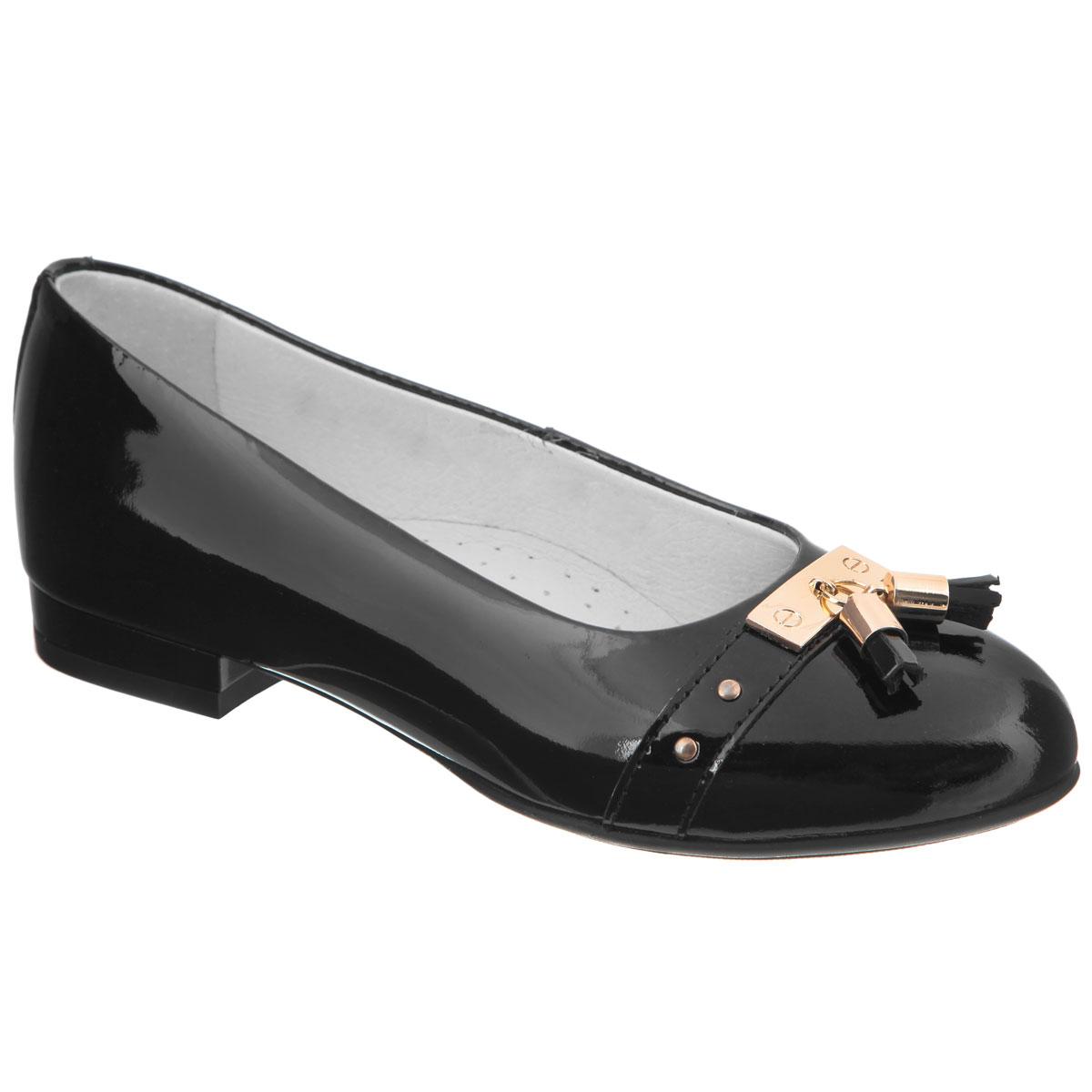 Туфли для девочки. 5-5159214015-515921401Элегантные туфли от Elegami придутся по душе вашей юной моднице! Модель на небольшом устойчивом каблучке изготовлена из натуральной лакированной кожи и оформлена задним наружным ремнем, на мысе - металлической пластиной с двумя кисточками и металлическими заклепками. Стелька из натуральной кожи дополнена супинатором, который обеспечивает правильное положение ноги ребенка при ходьбе, предотвращает плоскостопие. Рифленая поверхность подошвы и каблука защищает изделие от скольжения. Удобные туфли - незаменимая вещь в гардеробе каждой девочки.