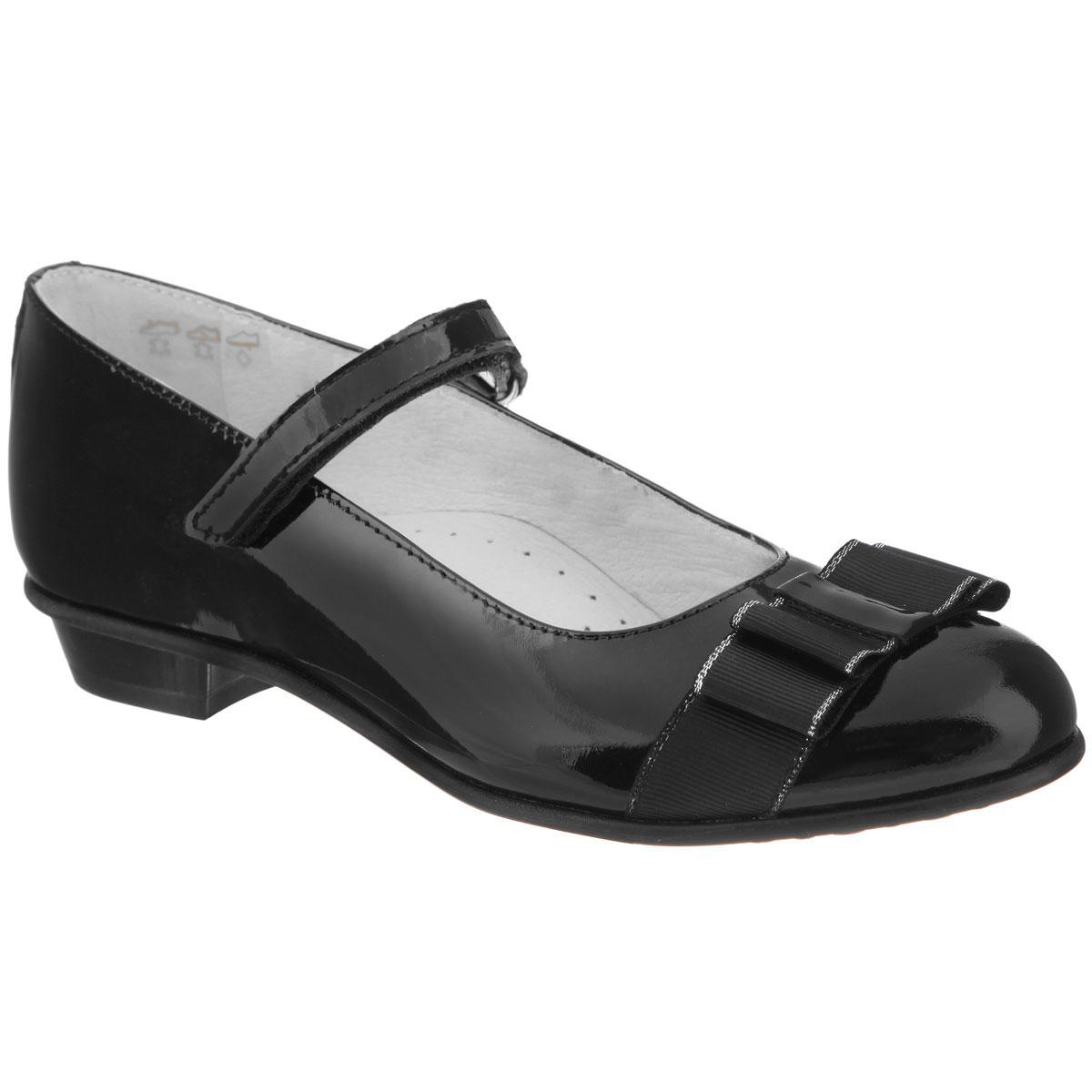 Туфли для девочки. 5-5045914015-504591401Элегантные туфли от Elegami придутся по душе вашей юной моднице! Модель на небольшом устойчивом каблучке изготовлена из натуральной лакированной кожи и оформлена на мысе двойным текстильным бантом. Ремешок на застежке-липучке гарантирует оптимальную посадку обуви на ноге. Стелька из натуральной кожи дополнена супинатором, который обеспечивает правильное положение ноги ребенка при ходьбе, предотвращает плоскостопие. Рифленая поверхность подошвы и каблука обеспечивает хорошее сцепление с поверхностью. Удобные туфли - незаменимая вещь в гардеробе каждой девочки.