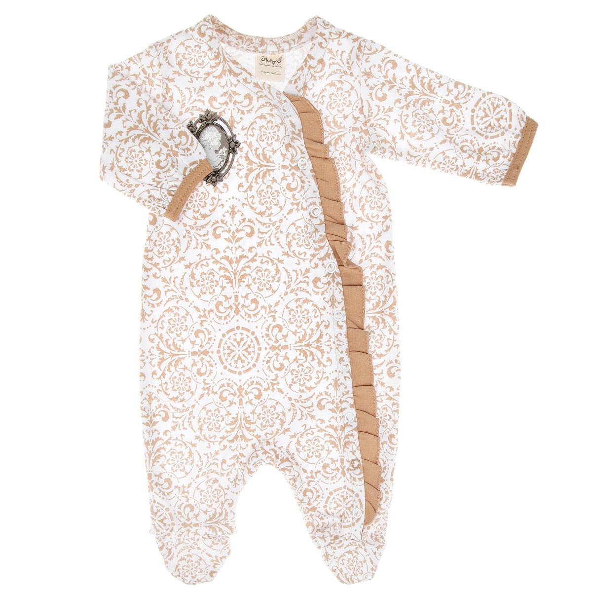 Комбинезон для девочки. 22-24222-242Детский комбинезон для девочки Ёмаё - очень удобный и практичный вид одежды для малышки. Комбинезон выполнен из интерлока - натурального хлопка, благодаря чему он необычайно мягкий и приятный на ощупь, не раздражает нежную кожу ребенка и хорошо вентилируется, а эластичные швы приятны телу младенца и не препятствуют его движениям. Комбинезон с длинными рукавами и закрытыми ножками имеет застежки-кнопки по левой стороне от горловины до щиколотки, которые помогают легко переодеть ребенка или сменить подгузник. Рукава понизу присборены на контрастные трикотажные бейки. Планка украшена контрастной оборкой. На груди изделие оформлено небольшой оригинальной термоаппликацией. С таким детским комбинезоном спинка и ножки вашей малышки всегда будут в тепле, он идеален для использования днем и незаменим ночью. Комбинезон полностью соответствует особенностям жизни младенца в ранний период, не стесняя и не ограничивая его в движениях!