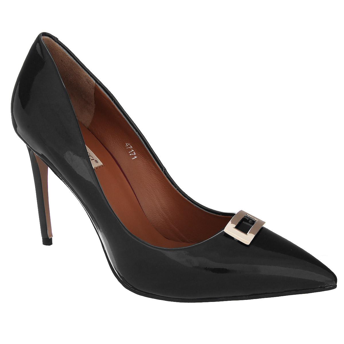 Туфли женские. 471747171Изысканные женские туфли Vitacci займут достойное место среди вашей коллекции обуви. Модель изготовлена из натуральной лакированной кожи. Мыс изделия оформлен прямоугольным декоративным элементом из металла, стилизованным под пряжку. Зауженный носок добавит женственности в ваш образ. Стелька из натуральной кожи позволит ногам дышать. Подошва оснащена противоскользящим рифлением. Прелестные туфли покорят вас с первого взгляда.
