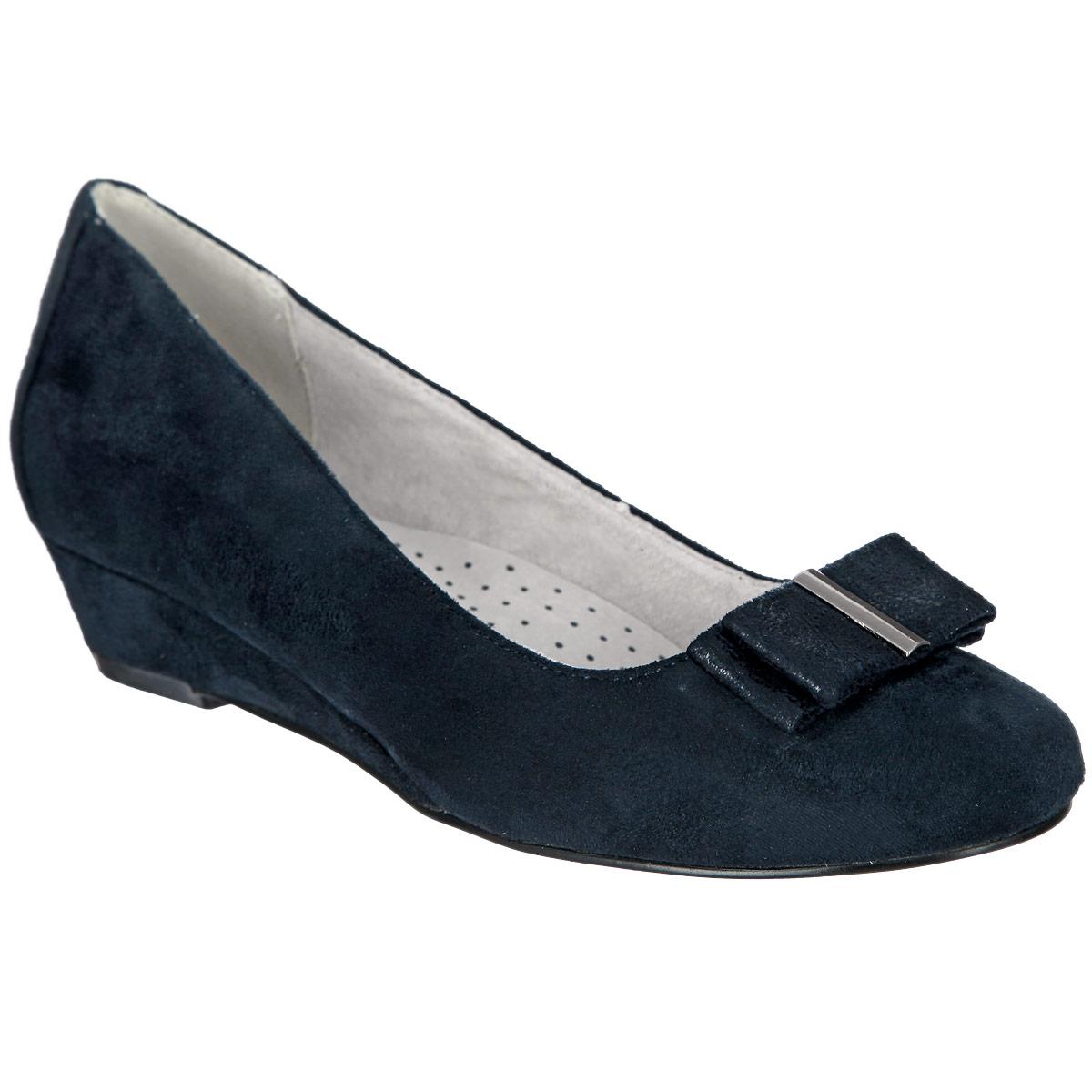 Туфли для девочки. 958586/01-02958586/01-02Прелестные туфли от Betsy очаруют вашу девочку с первого взгляда! Модель на небольшой танкетке выполнена из искусственной замши. Мыс украшен двойным бантом, дополненным посередине металлической пластиной. Кожаная стелька дополнена супинатором, который обеспечивает правильное положение ноги ребенка при ходьбе, предотвращает плоскостопие. Перфорация на стельке позволяет ногам дышать. Подошва - с противоскользящим рифлением. Стильные туфли займут достойное место в гардеробе вашей девочки.
