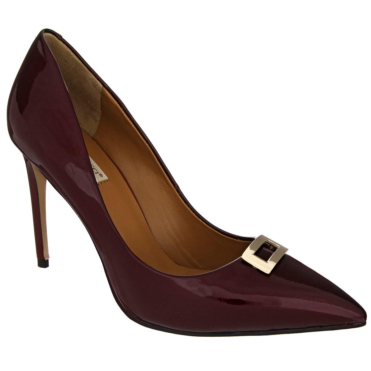 47171Изысканные женские туфли Vitacci займут достойное место среди вашей коллекции обуви. Модель изготовлена из натуральной лакированной кожи. Мыс изделия оформлен прямоугольным декоративным элементом из металла, стилизованным под пряжку. Зауженный носок добавит женственности в ваш образ. Стелька из натуральной кожи позволит ногам дышать. Подошва оснащена противоскользящим рифлением. Прелестные туфли покорят вас с первого взгляда.