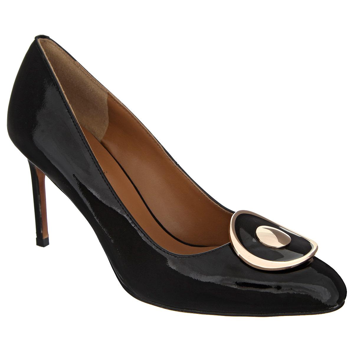47049Элегантные женские туфли Vitacci покорят вас с первого взгляда. Модель изготовлена из натуральной лакированной кожи. Мыс оформлен металлической пластиной оригинальной формы. Зауженный носок добавит женственности в ваш образ. Стелька из натуральной кожи позволяет ногам дышать. Подошва с рифлением обеспечивает отличное сцепление с любой поверхностью. Изысканные туфли добавят шика в модный образ и подчеркнут ваш безупречный вкус.