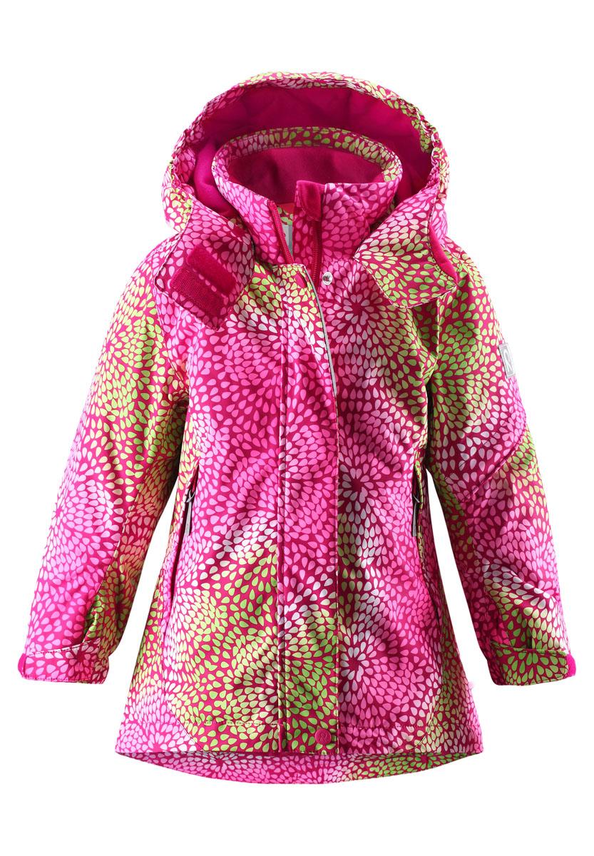 Куртка для девочки Relay. 521424521424_4832Теплая куртка для девочки Reimatec Relay идеально подойдет для ребенка в холодное время года. Куртка изготовлена из водоотталкивающей и ветрозащитной мембранной ткани с утеплителем из синтепона (100% полиэстера). Материал отличается высокой устойчивостью к трению, благодаря специальной обработке полиуретаном поверхность изделия отталкивает грязь и воду, что облегчает поддержание аккуратного вида одежды, дышащее покрытие с изнаночной части не раздражает даже самую нежную и чувствительную кожу ребенка, обеспечивая ему наибольший комфорт. В качестве подкладки также используется 100% полиэстер. Куртка с удлиненной спинкой и капюшоном застегивается на пластиковую застежку-молнию с защитой подбородка, благодаря чему ее легко надевать и снимать, а также дополнительно имеет ветрозащитный клапан на кнопках и липучках. Капюшон, присборенный по бокам, защитит нежные щечки от ветра, он пристегивается к куртке при помощи кнопок и дополнительно застегивается клапаном под подбородком на...