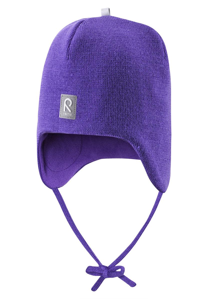 518316_2840Теплая детская шапка-бини Reima Auva идеально подойдет для прогулок в прохладное время года. Изделие, изготовленное из 100% шерсти на мягкой флисовой подкладке, максимально сохраняет тепло. Благодаря эластичной вязке, шапка плотно прилегает к голове ребенка. Шапочка дополнена ветронепроницаемыми вставками в области ушей, которые защищают маленькие ушки от холодного ветра, а также завязками, фиксирующимися под подбородком. Спереди предусмотрена небольшая светоотражающая нашивка с логотипом бренда, которая не оставит вашего ребенка незамеченным в темное время суток. Современный дизайн и расцветка делают эту шапку модным и стильным предметом детского гардероба. В ней ребенку будет тепло, уютно и комфортно. Уважаемые клиенты! Размер, доступный для заказа, является обхватом головы.