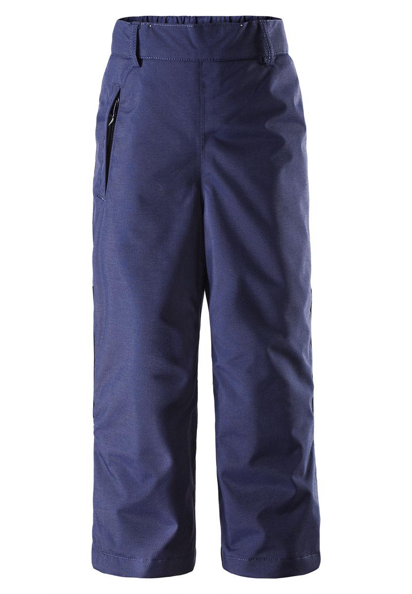 Брюки детские Topakka. 522204N522204N_6980Спортивные брюки для мальчика Reimatec Topakka идеально подойдут вашему ребенку в прохладные дни. Брюки свободного покроя (размера плюс) изготовлены из водоотталкивающей и ветрозащитной мембранной ткани. Материал отличается высокой устойчивостью к трению, благодаря специальной обработке полиуретаном поверхность изделия отталкивает грязь и воду, что облегчает поддержание аккуратного вида одежды, дышащее покрытие с изнаночной части не раздражает даже самую нежную и чувствительную кожу ребенка, обеспечивая ему наибольший комфорт. В качестве подкладки и утеплителя используется 100% полиэстер. Брюки на талии имеют широкий эластичный пояс, который позволяет надежно заправить водолазку или свитер. Имеются шлевки для ремня. С внутренней стороны предусмотрена скрытая резинка на пуговицах. Спереди модель дополнена прорезным карманом на застежке- молнии. Снизу брючин имеются внутренние манжеты с прорезиненными полосками, препятствующие попаданию снега в обувь и не...