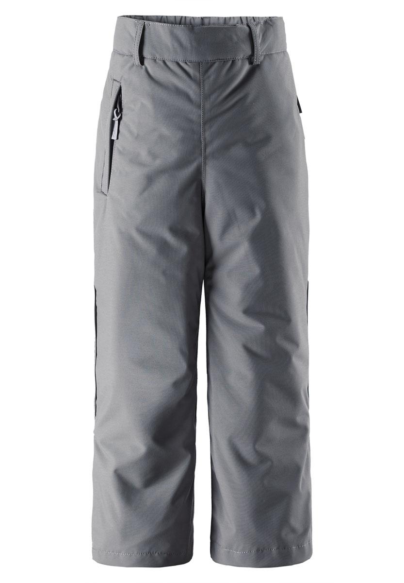 522204N_6980Спортивные брюки для мальчика Reimatec Topakka идеально подойдут вашему ребенку в прохладные дни. Брюки свободного покроя (размера плюс) изготовлены из водоотталкивающей и ветрозащитной мембранной ткани. Материал отличается высокой устойчивостью к трению, благодаря специальной обработке полиуретаном поверхность изделия отталкивает грязь и воду, что облегчает поддержание аккуратного вида одежды, дышащее покрытие с изнаночной части не раздражает даже самую нежную и чувствительную кожу ребенка, обеспечивая ему наибольший комфорт. В качестве подкладки и утеплителя используется 100% полиэстер. Брюки на талии имеют широкий эластичный пояс, который позволяет надежно заправить водолазку или свитер. Имеются шлевки для ремня. С внутренней стороны предусмотрена скрытая резинка на пуговицах. Спереди модель дополнена прорезным карманом на застежке- молнии. Снизу брючин имеются внутренние манжеты с прорезиненными полосками, препятствующие попаданию снега в обувь и не...