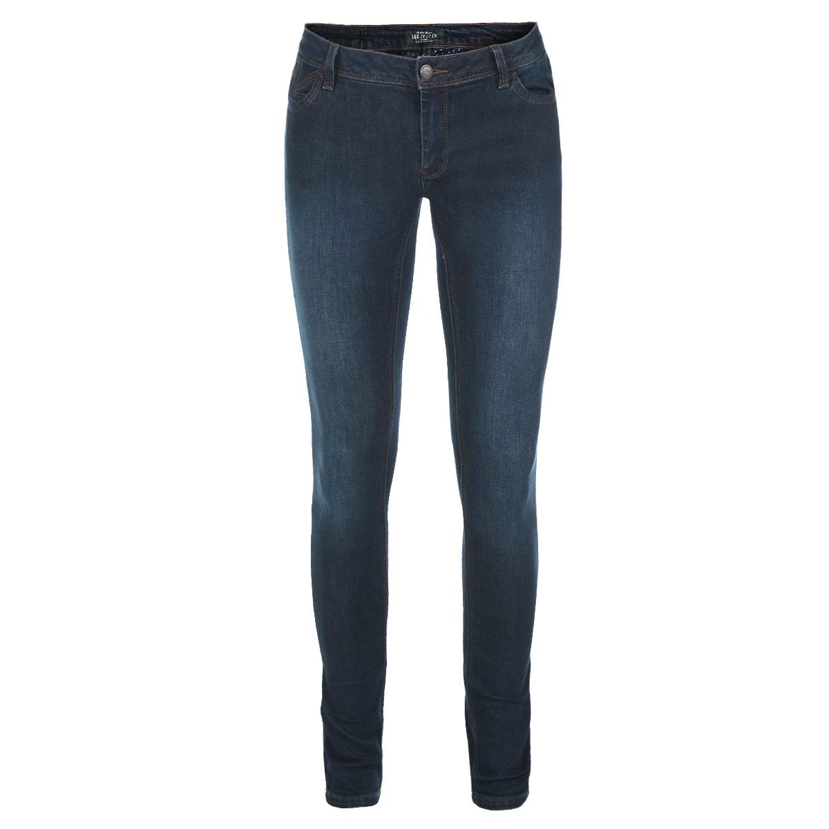 Джинсы женские. PearlPearl/StonenavyДжинсы женские Lee Cooper Pearl - джинсы высочайшего качества, которые прекрасно сидят. Они изготовлены из высококачественного материала и созданы специально для того, чтобы подчеркивать достоинства вашей фигуры. Джинсы-слим на талии застегиваются с помощью металлической пуговицы и имеют ширинку на застежке-молнии, а также шлевки для ремня. Спереди модель дополнена двумя втачными карманами, а сзади - двумя накладными карманами. Оформлено изделие прострочкой, металлическими клепками и легким эффектом потертости. Эти модные и в тоже время комфортные джинсы послужат отличным дополнением к вашему гардеробу. В них вы всегда будете чувствовать себя уютно и комфортно.