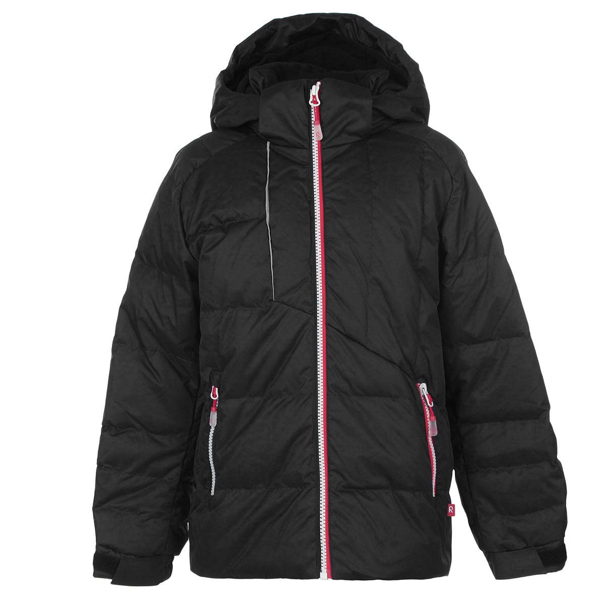 Куртка для мальчика Shamsa. 531071531071_8580Детская куртка Reima Shamsa идеально подойдет для ребенка в прохладное время года. Куртка изготовлена из водоотталкивающей и ветрозащитной мембранной ткани. Материал отличается высокой устойчивостью к трению, благодаря специальной обработке полиуретаном поверхность изделия отталкивает грязь и воду, что облегчает поддержание аккуратного вида одежды, дышащее покрытие с изнаночной части не раздражает даже самую нежную и чувствительную кожу ребенка, обеспечивая ему наибольший комфорт. В качестве утеплителя используются пух и перо. Куртка с удлиненной спинкой и капюшоном застегивается на пластиковую застежку-молнию с защитой подбородка, благодаря чему ее легко надевать и снимать, и дополнительно имеет внутреннюю ветрозащитную планку, а также защиту подбородка. Капюшон, присборенный по бокам и дополненный специальным козырьком, защитит нежные щечки от ветра, он пристегивается к куртке при помощи кнопок и застегивается под подбородком клапаном на липучку. Низ рукавов дополнен...